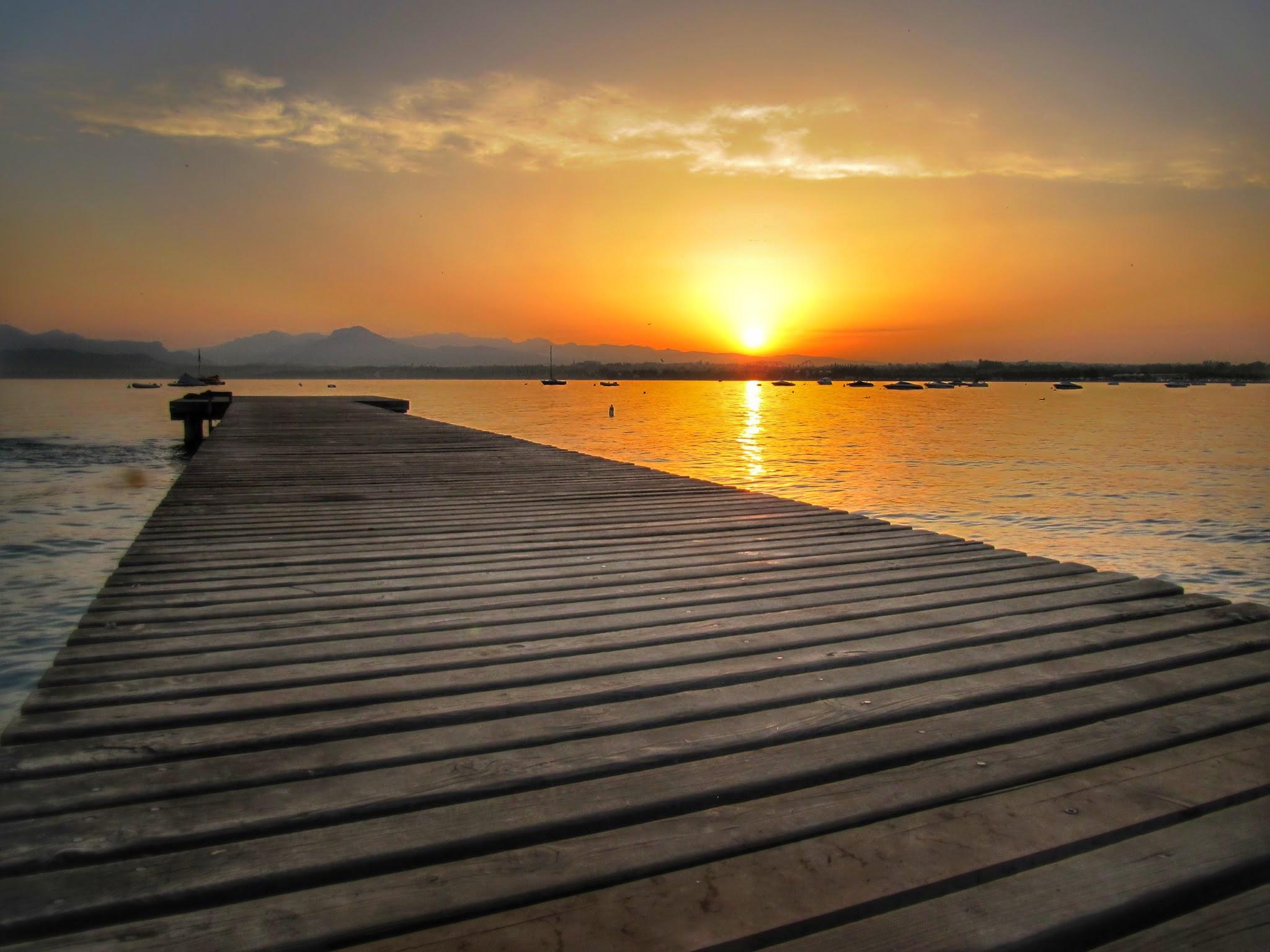 Een zonsopgang aan het Gardameer
