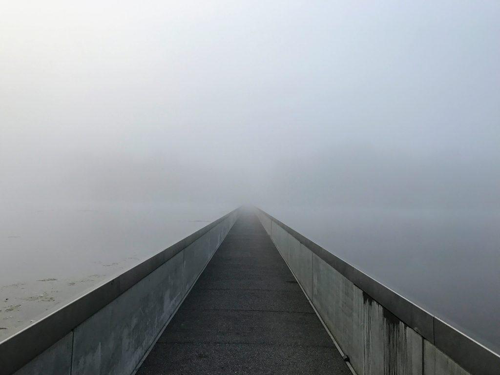 Fietsen door het water en de mist