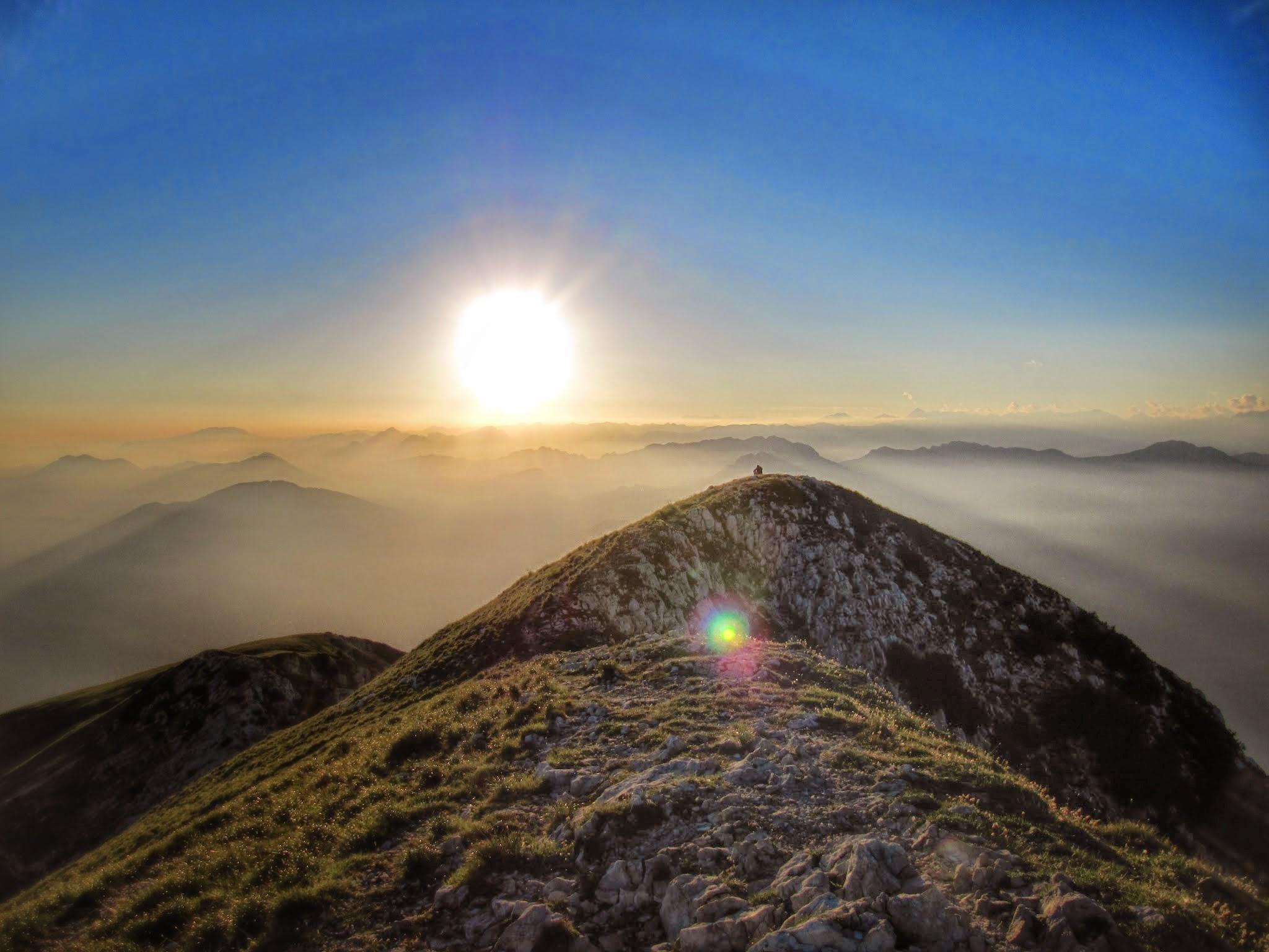Op de top van een berg zitten