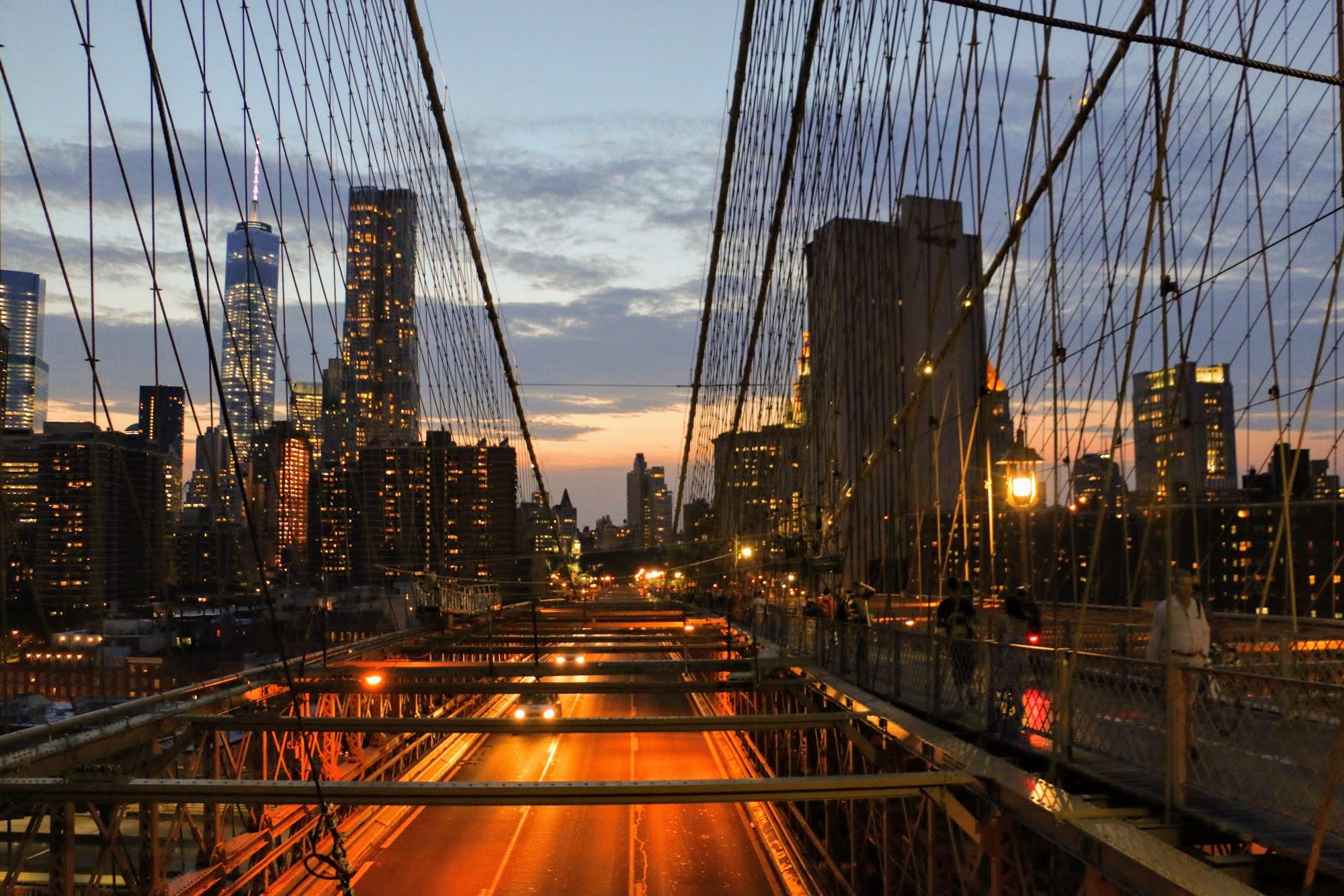 's avonds over de Brooklyn Bridge wandelen
