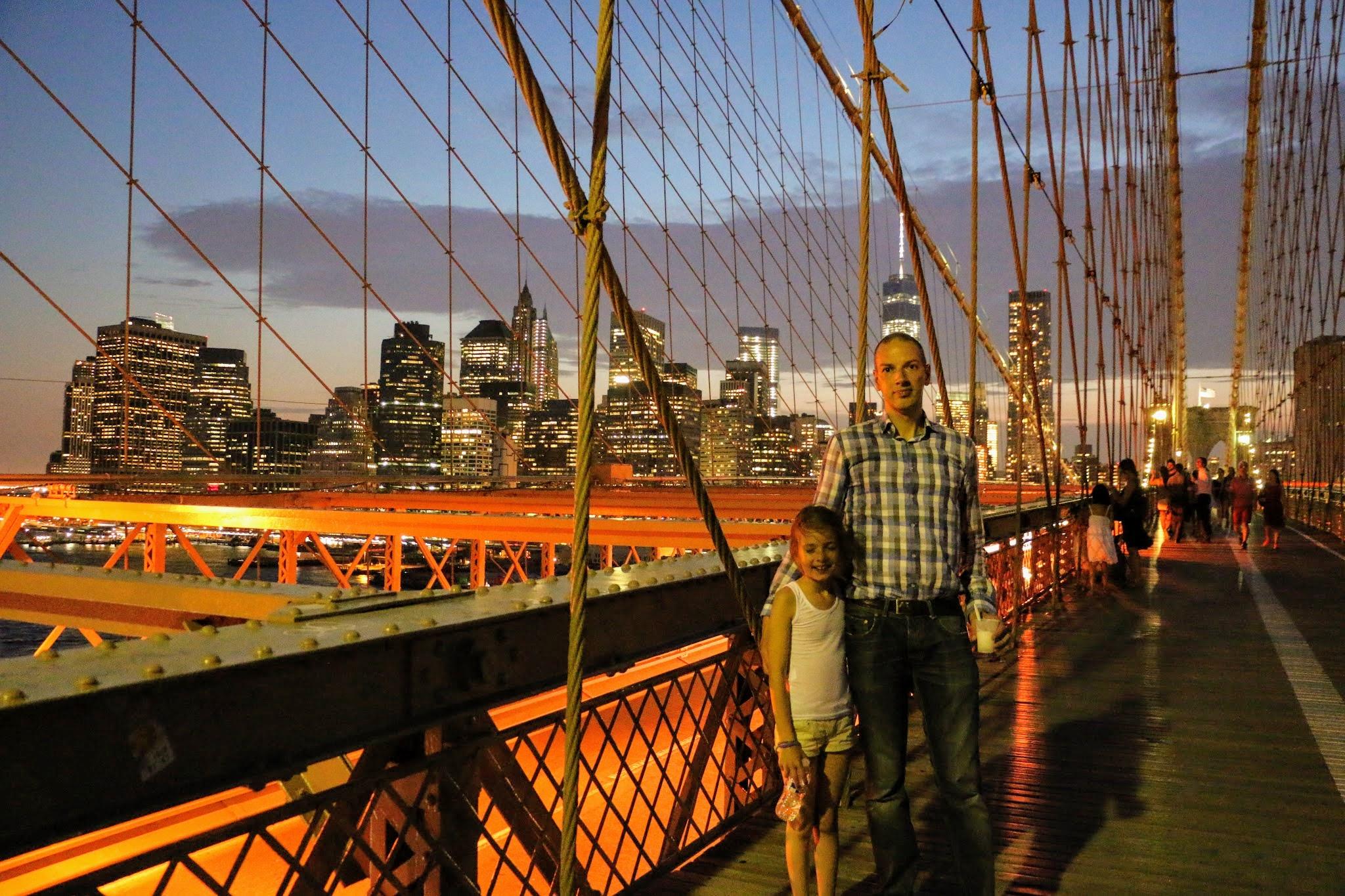 Op de Brooklyn Bridge in New York staan