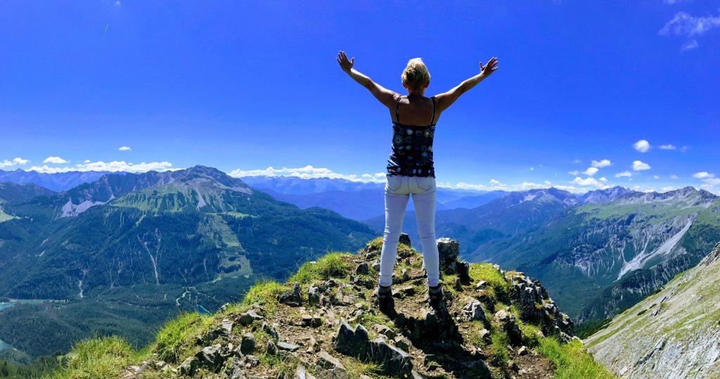 Op een top van de berg staan