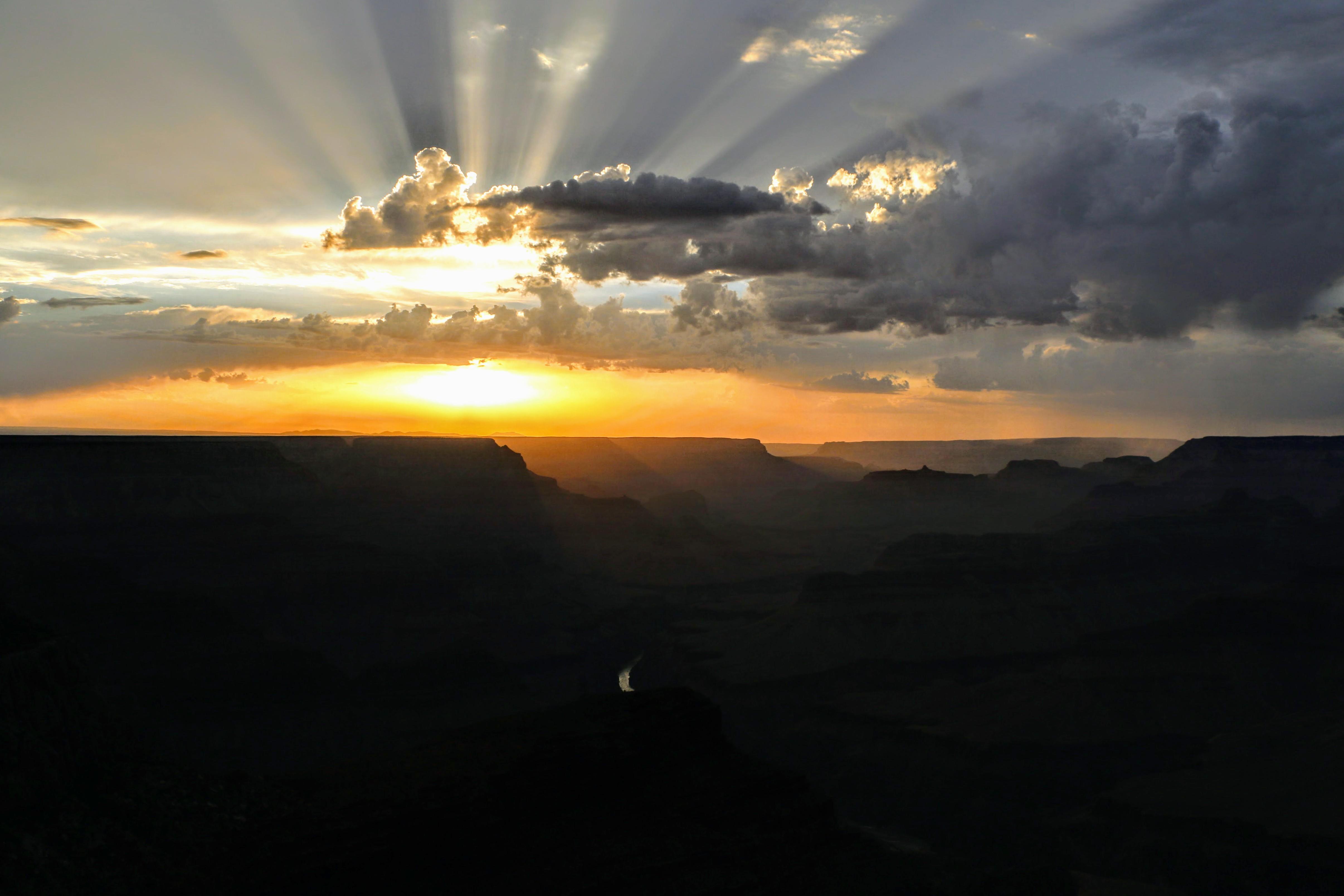 Wolken en lichtstralen boven de Grand Canyon