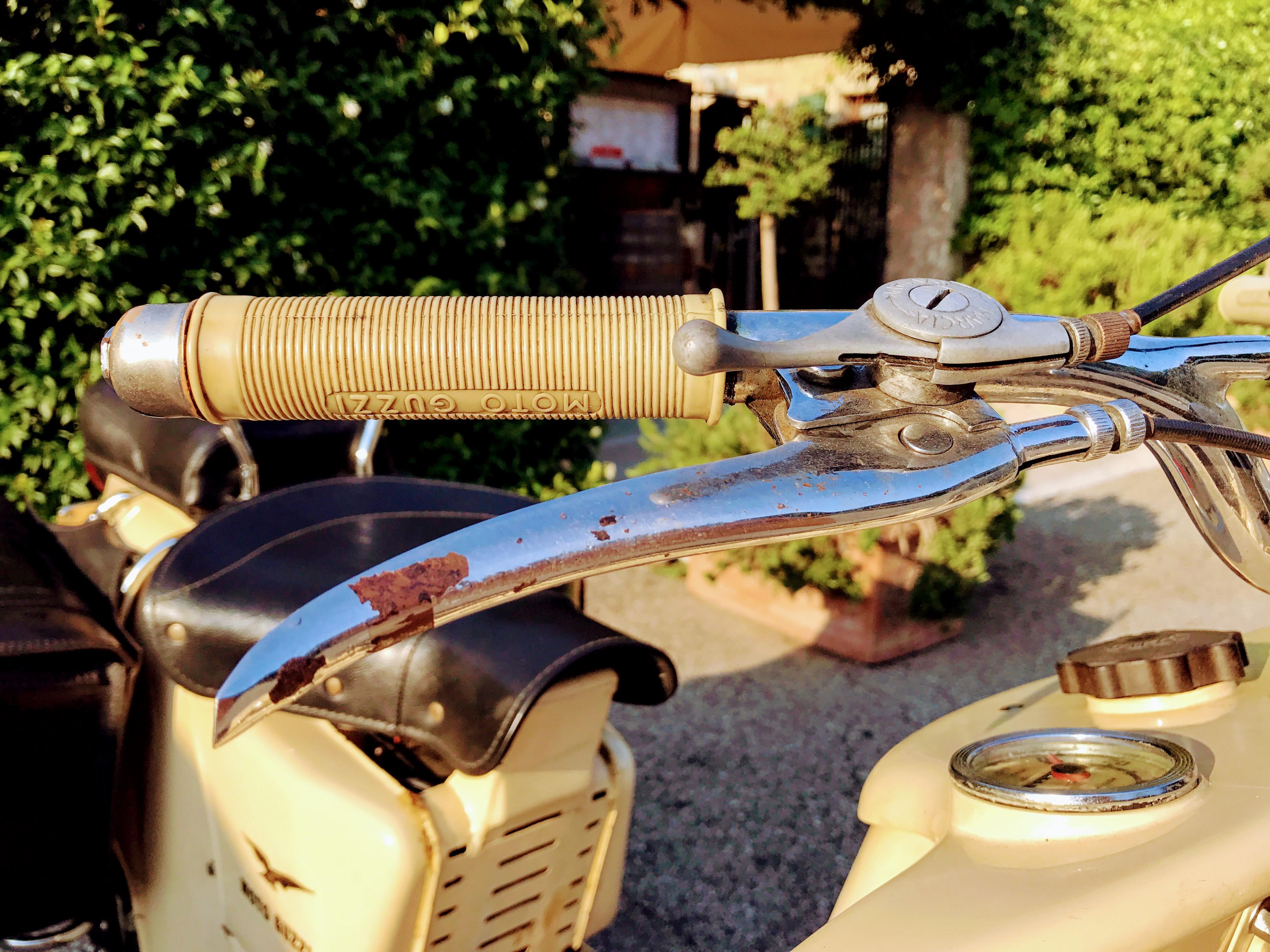 Een oude motor aan het Gardameer in Italie