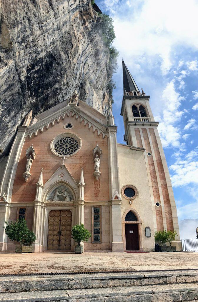 Kerkje tegen de rotsen aan het Gardameer