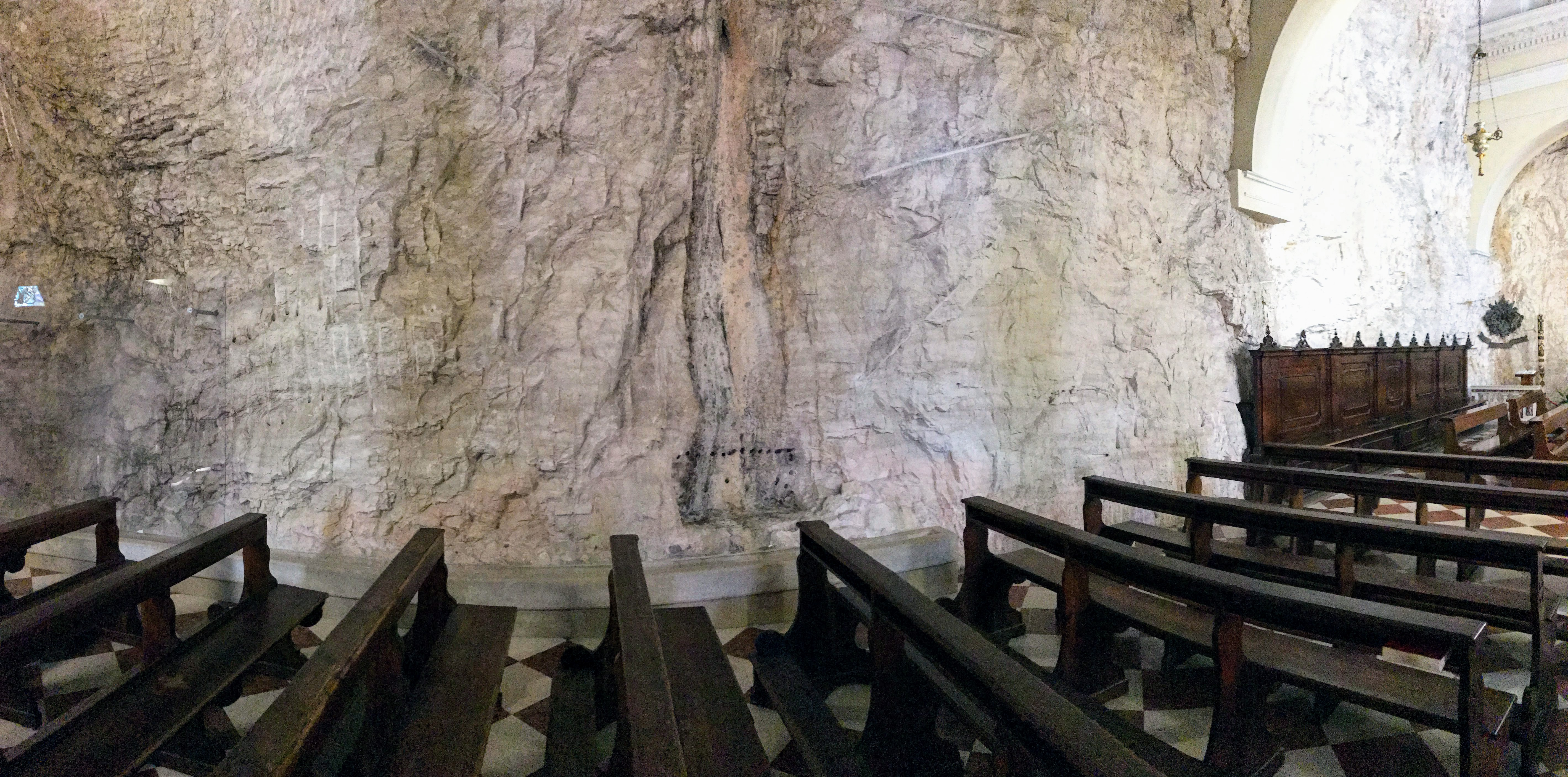 Kerkje tegen de rotsen