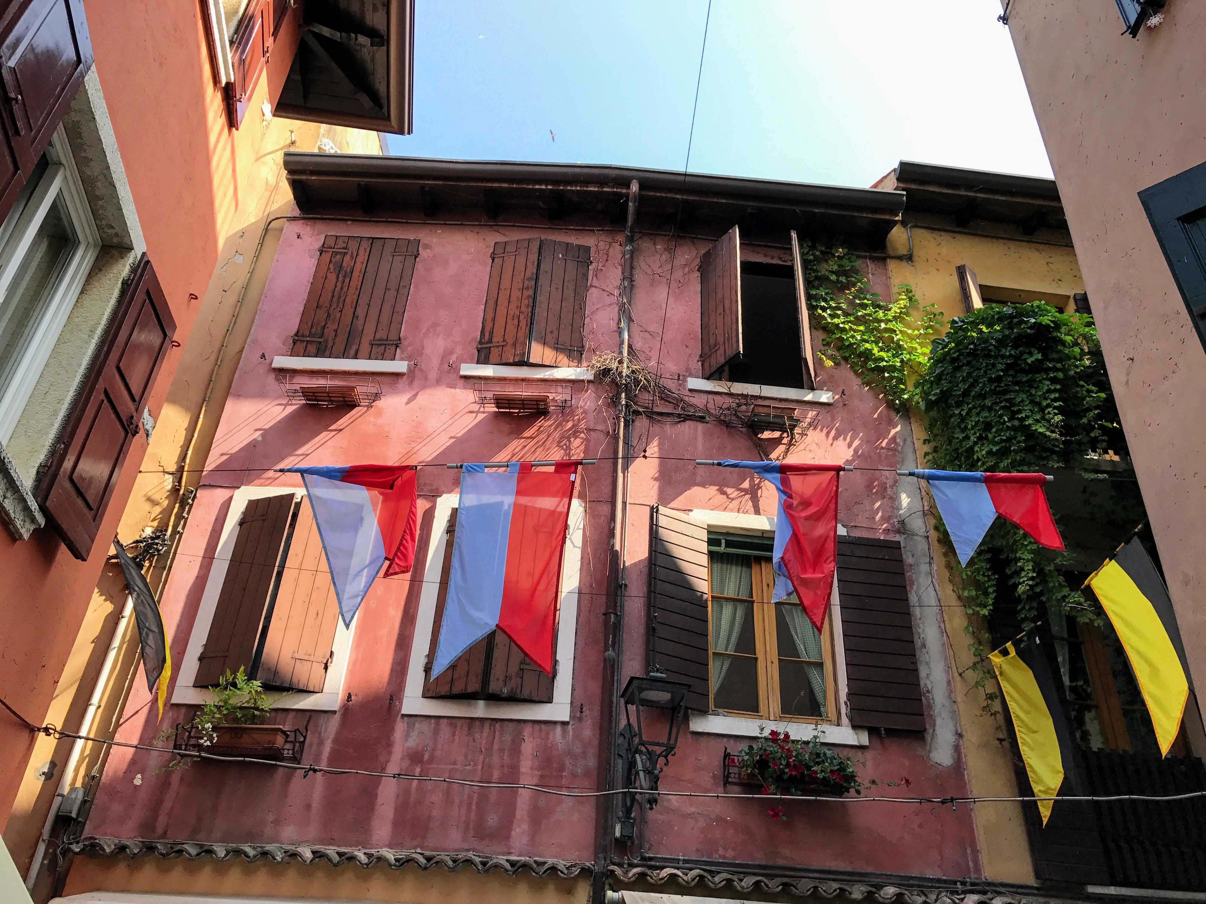Een kleurrijk straatje in Garda