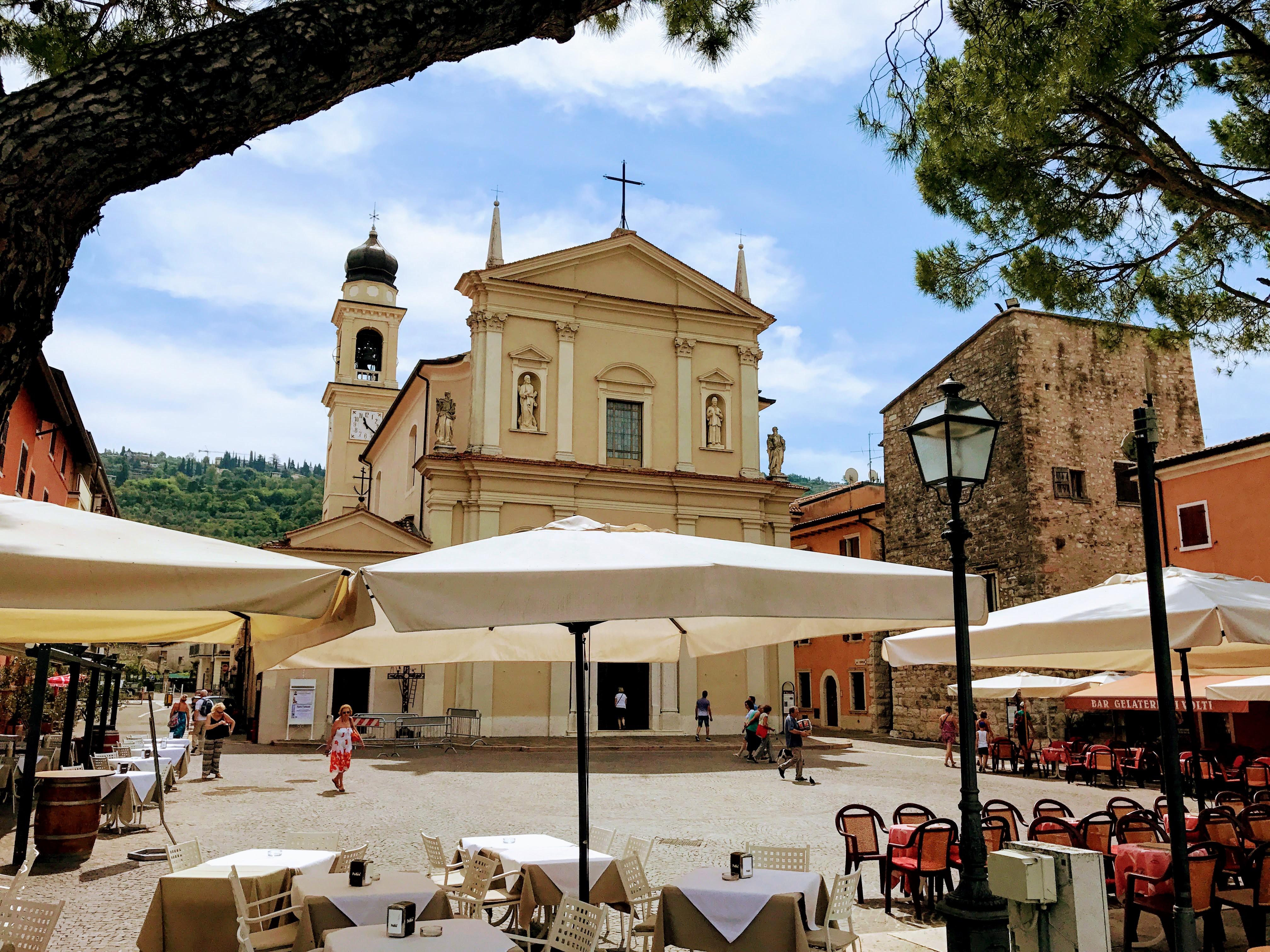 Kerkje Torri del Benaco aan het Gardameer