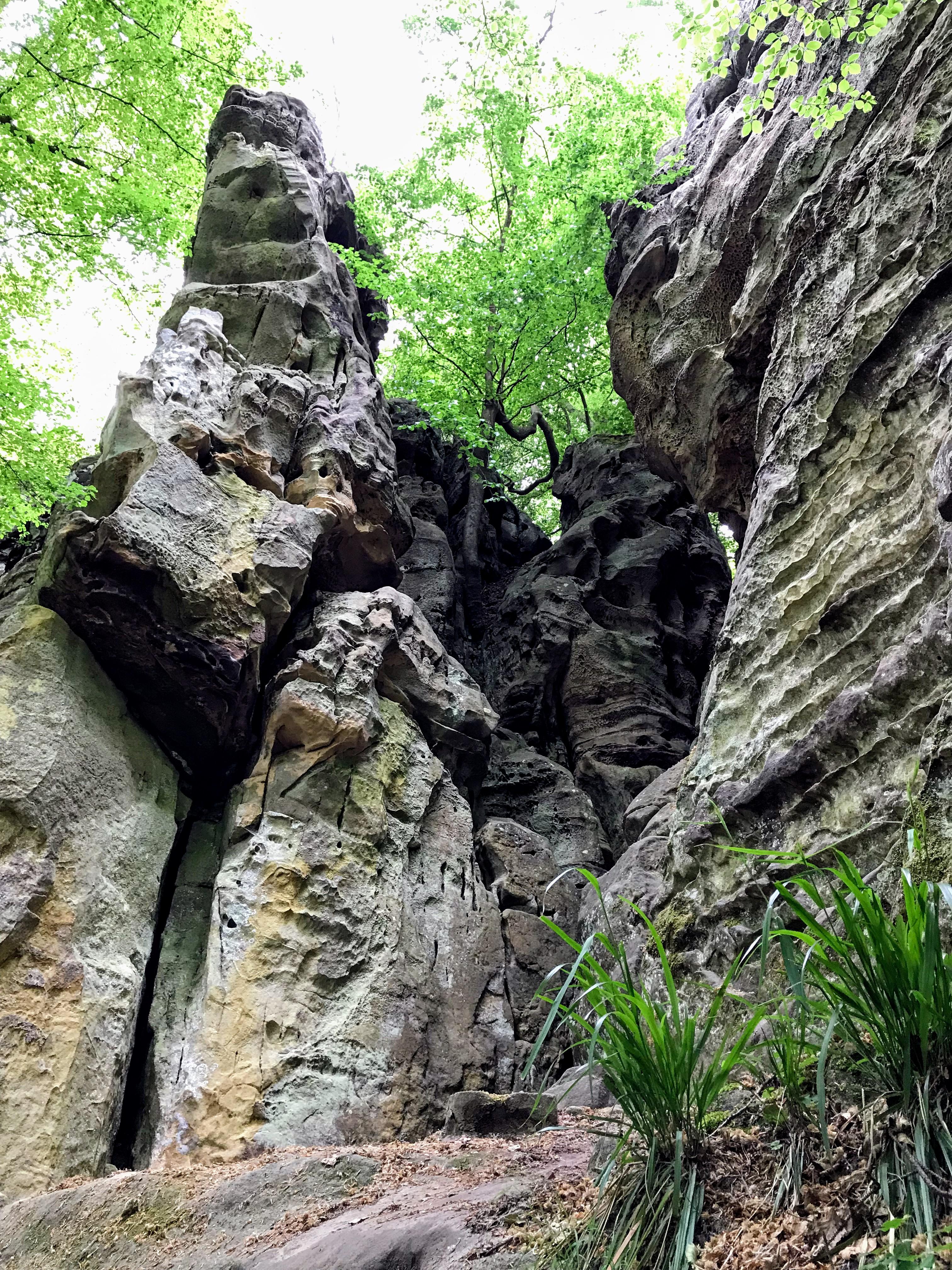 Wandelen tussen de rotsen Teufelsschlucht