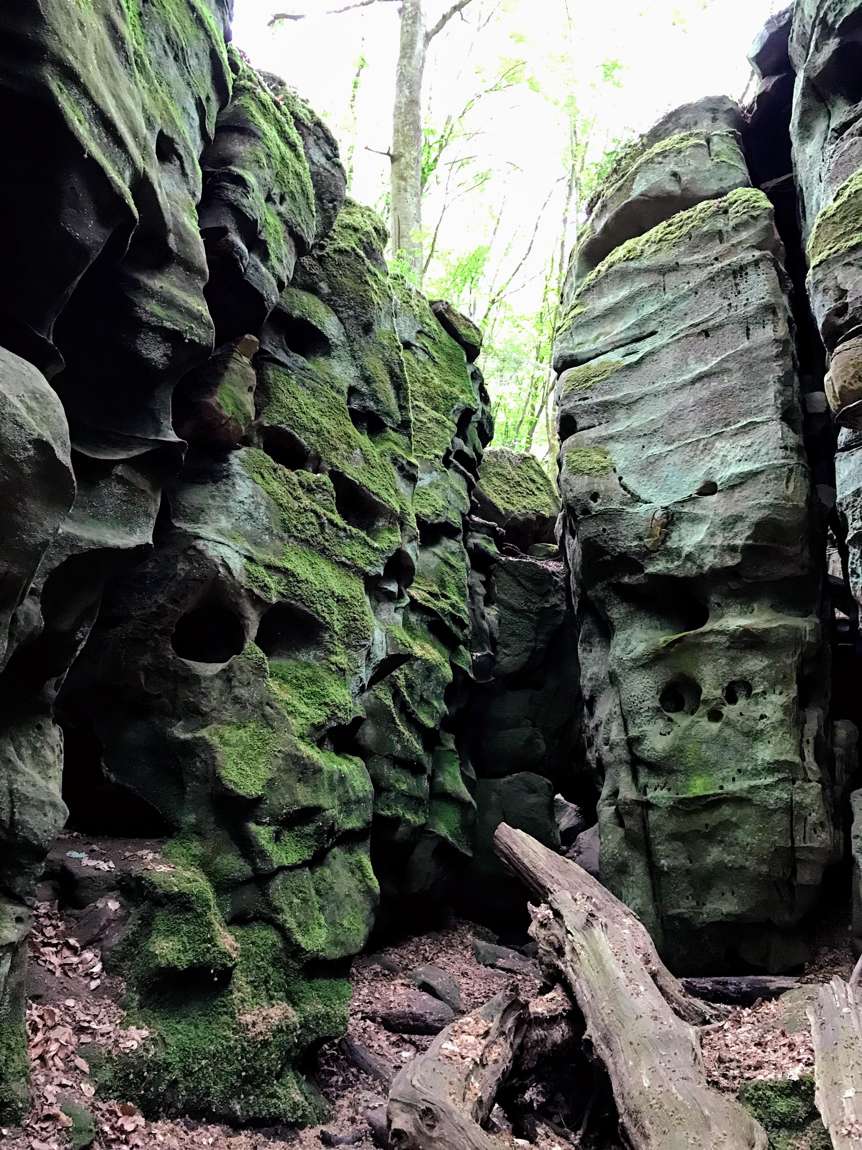 Rotsen met grillige vormen in de Eifel