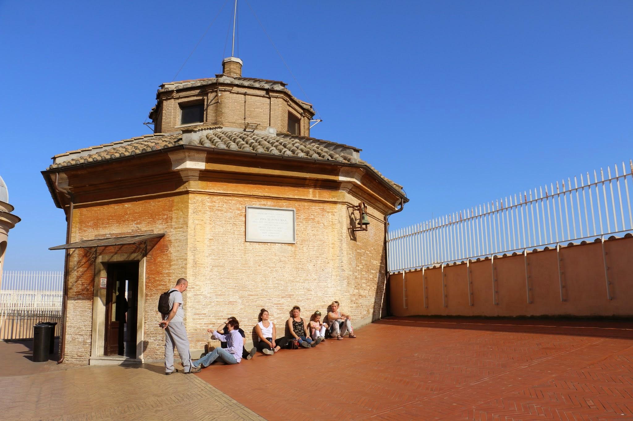 Zonnen op het dak van de Sint-Pietersbaseliek in Rome