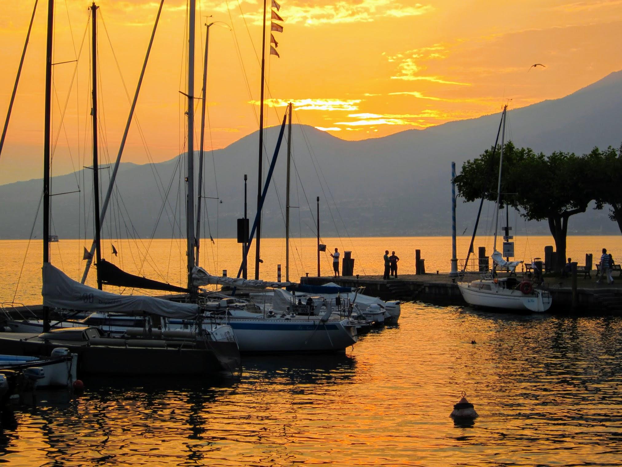 Zonsondergang in het haventje van Torri del Benaco