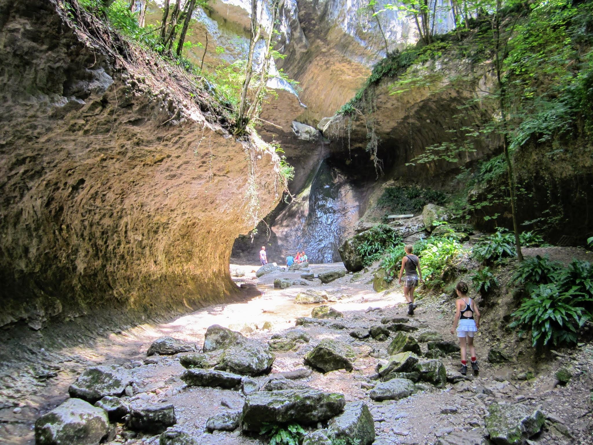 Wandelen aan het Gardameer - park met watervallen