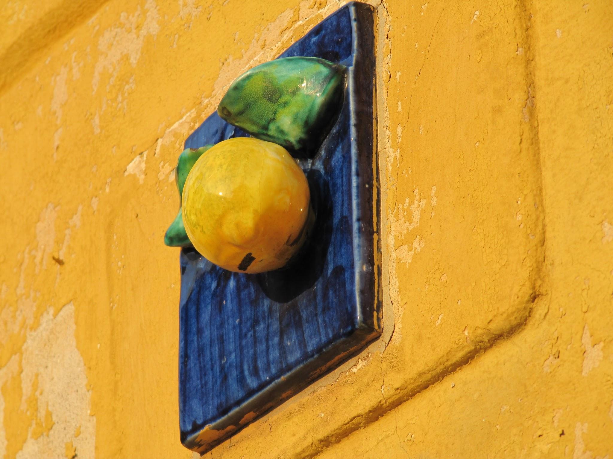 Citroenen tegen de gevels in Limone sul Garda