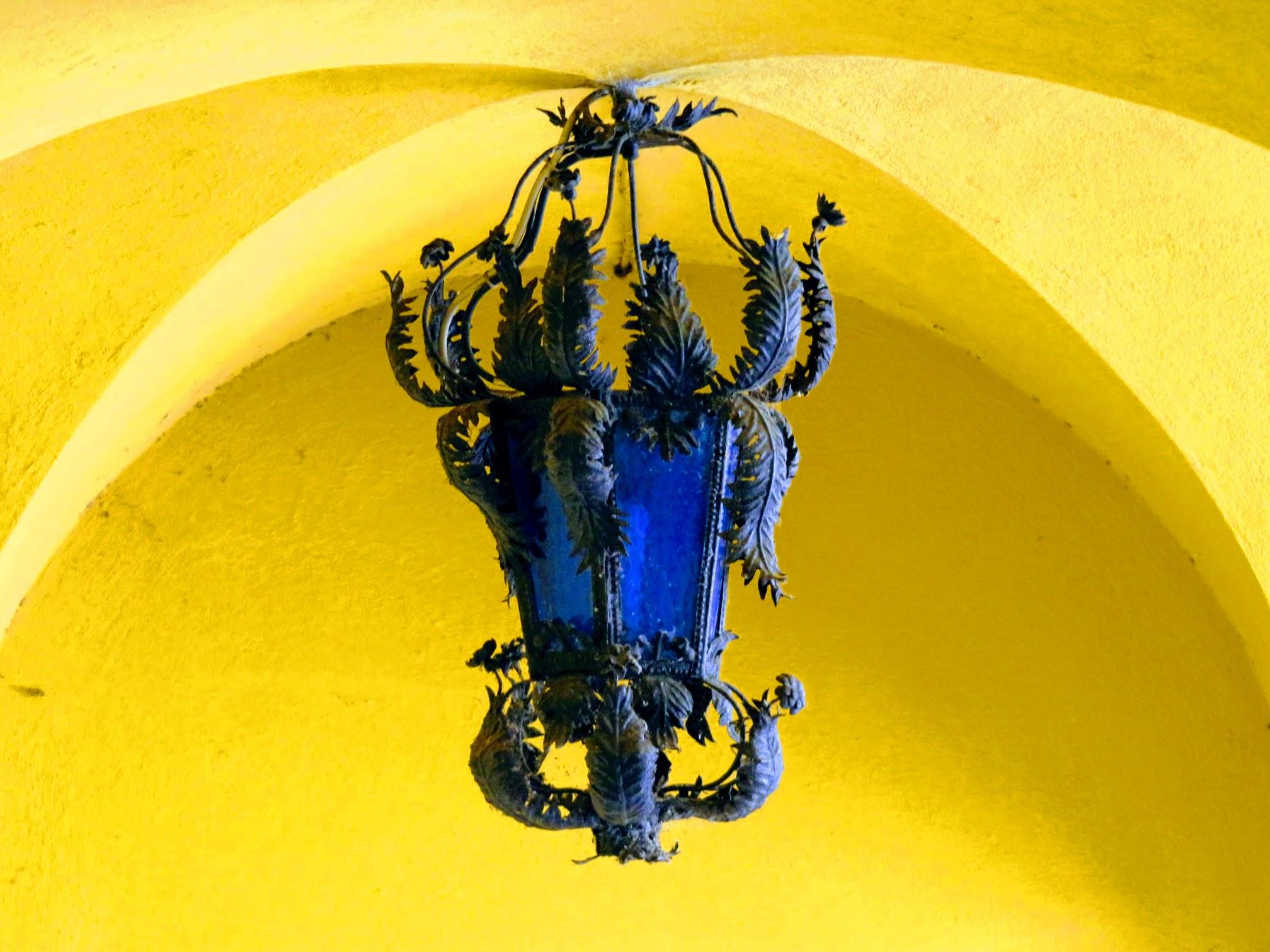 Blauwe lantaarn met gele achtergrond in het Il Vittoriale (Gardone Riviera)