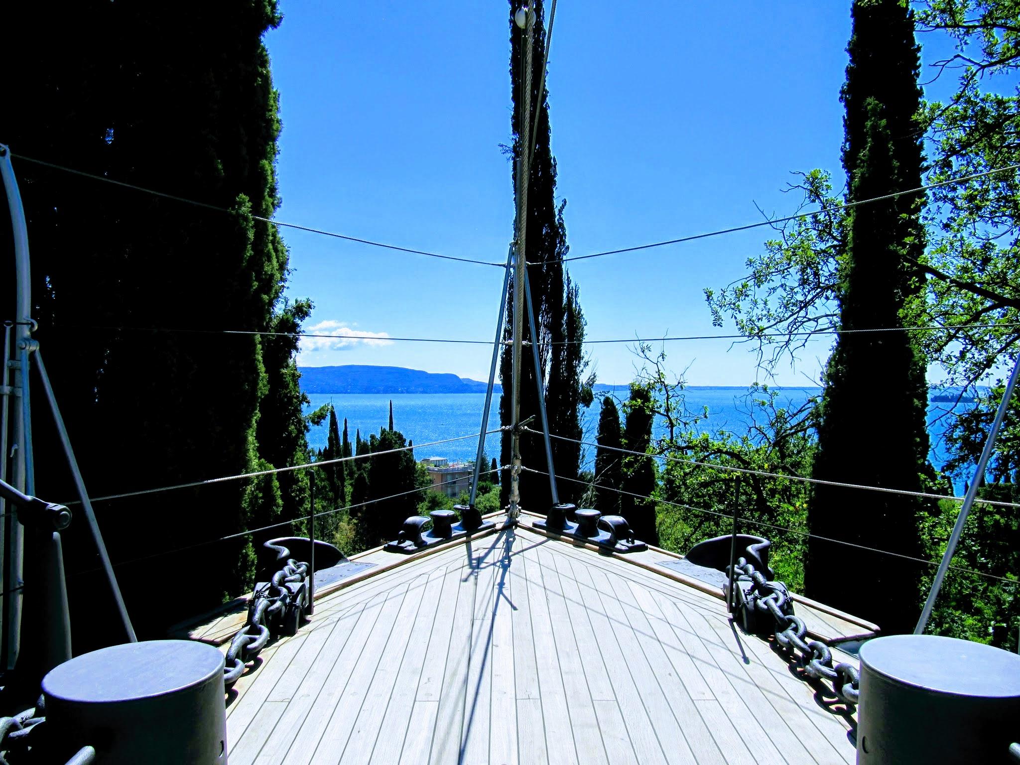 In de tuin van Il Vittoriale staat er een boot met zicht op het Gardameer