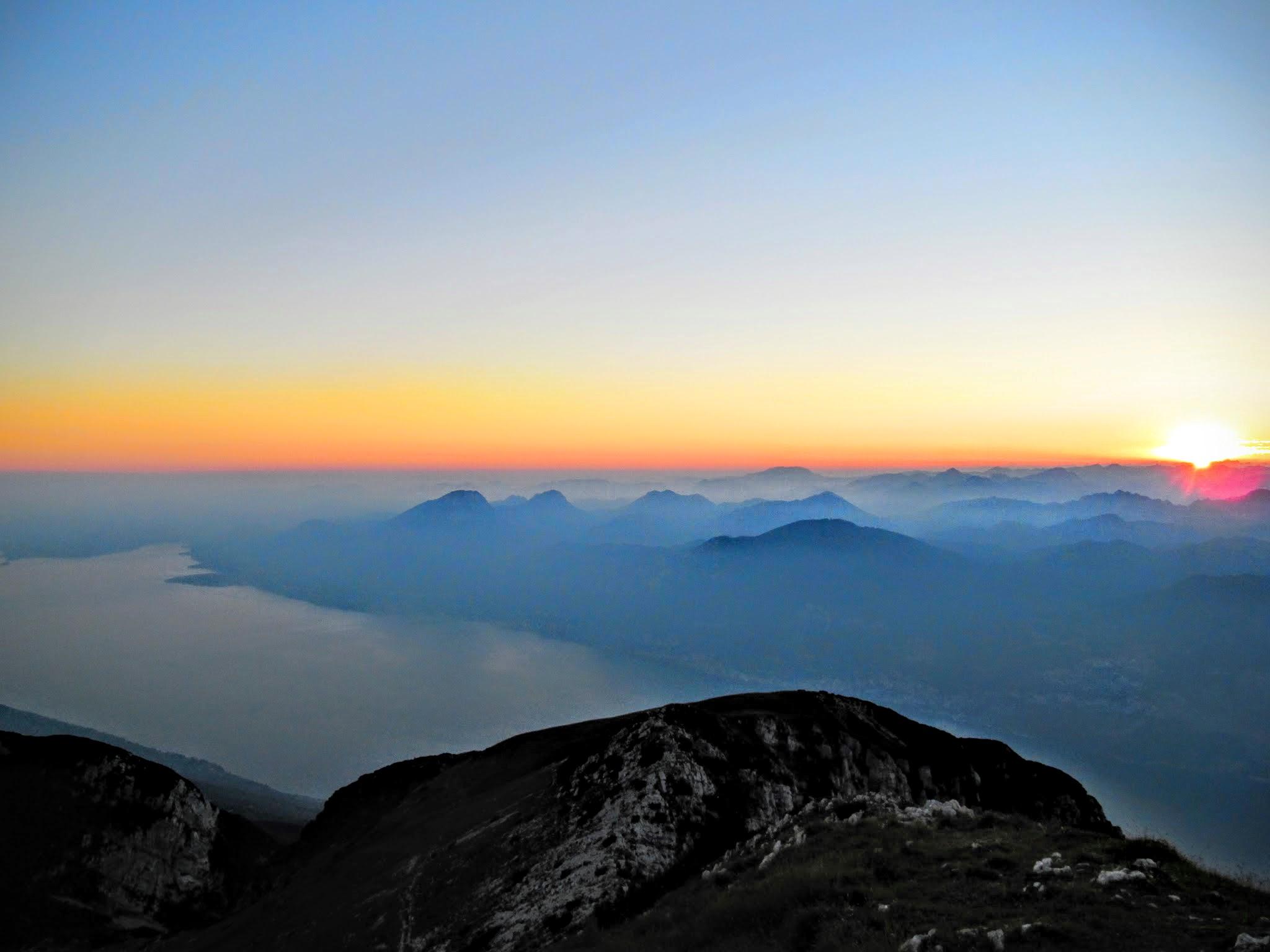 De zon verdwijnt achter de horizon aan het Gardameer in Italië