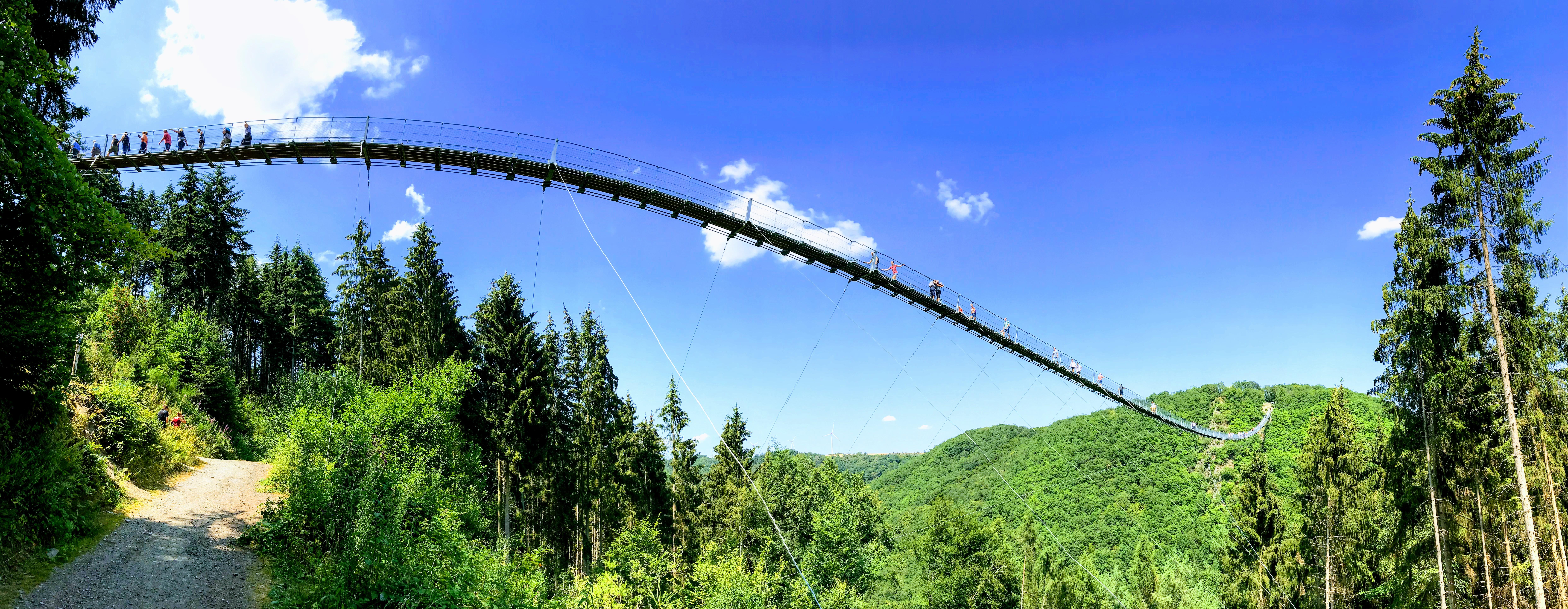 Panoramafoto van de langste hangbrug van Duitsland