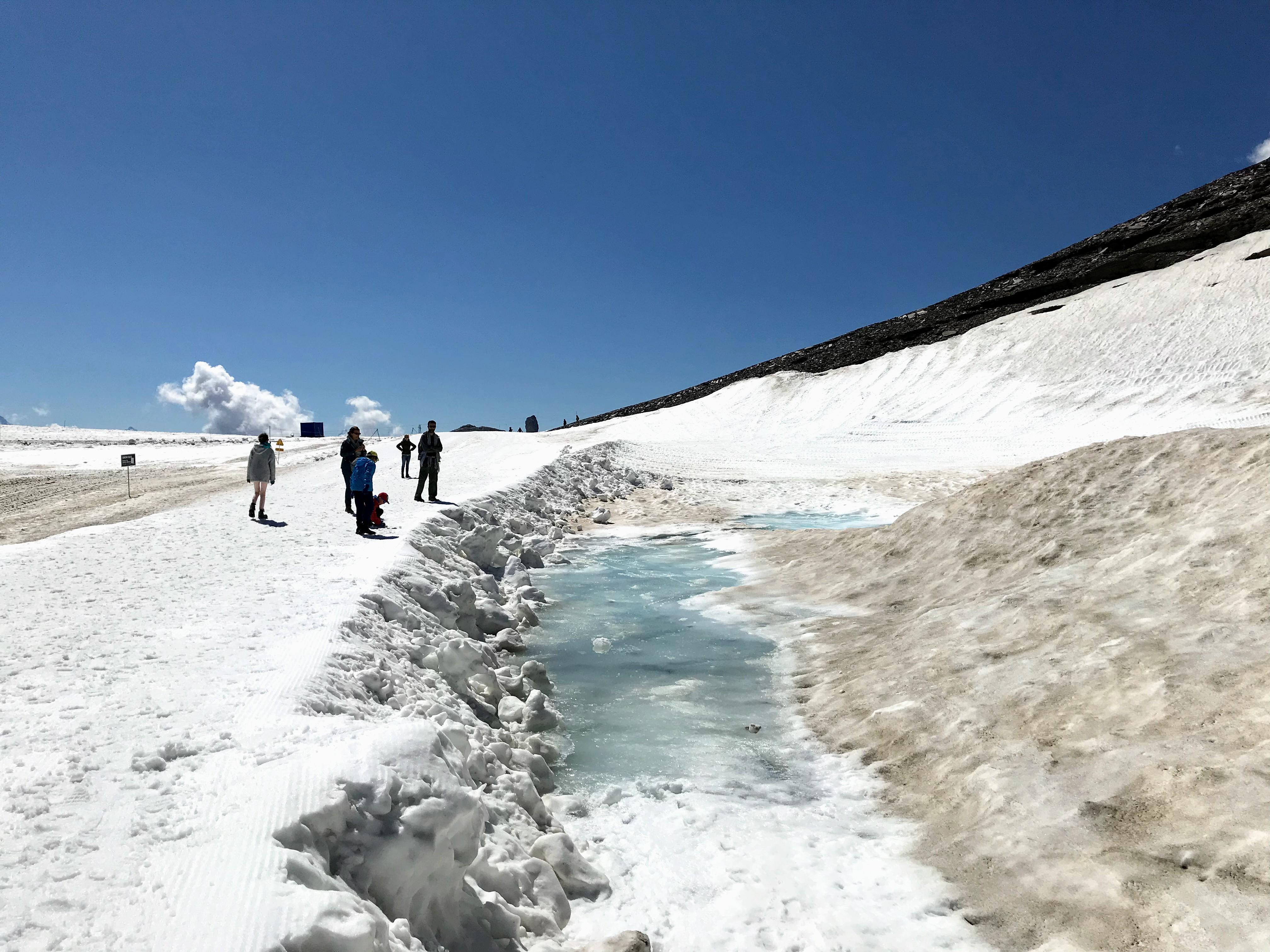 In de zomer op een gletsjer wandelen in Zwitserland