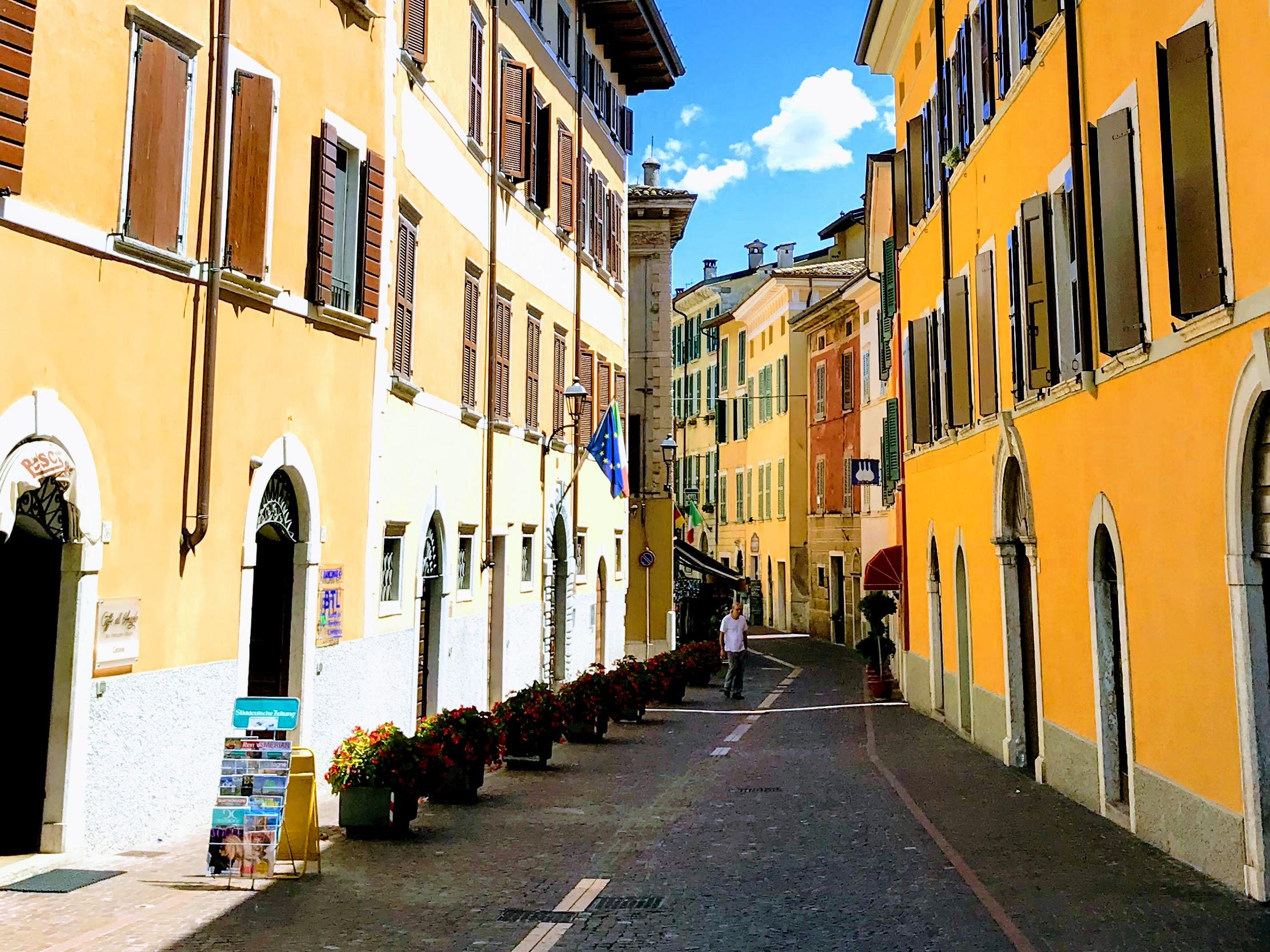 Een kleurrijk straatje in Gargnano