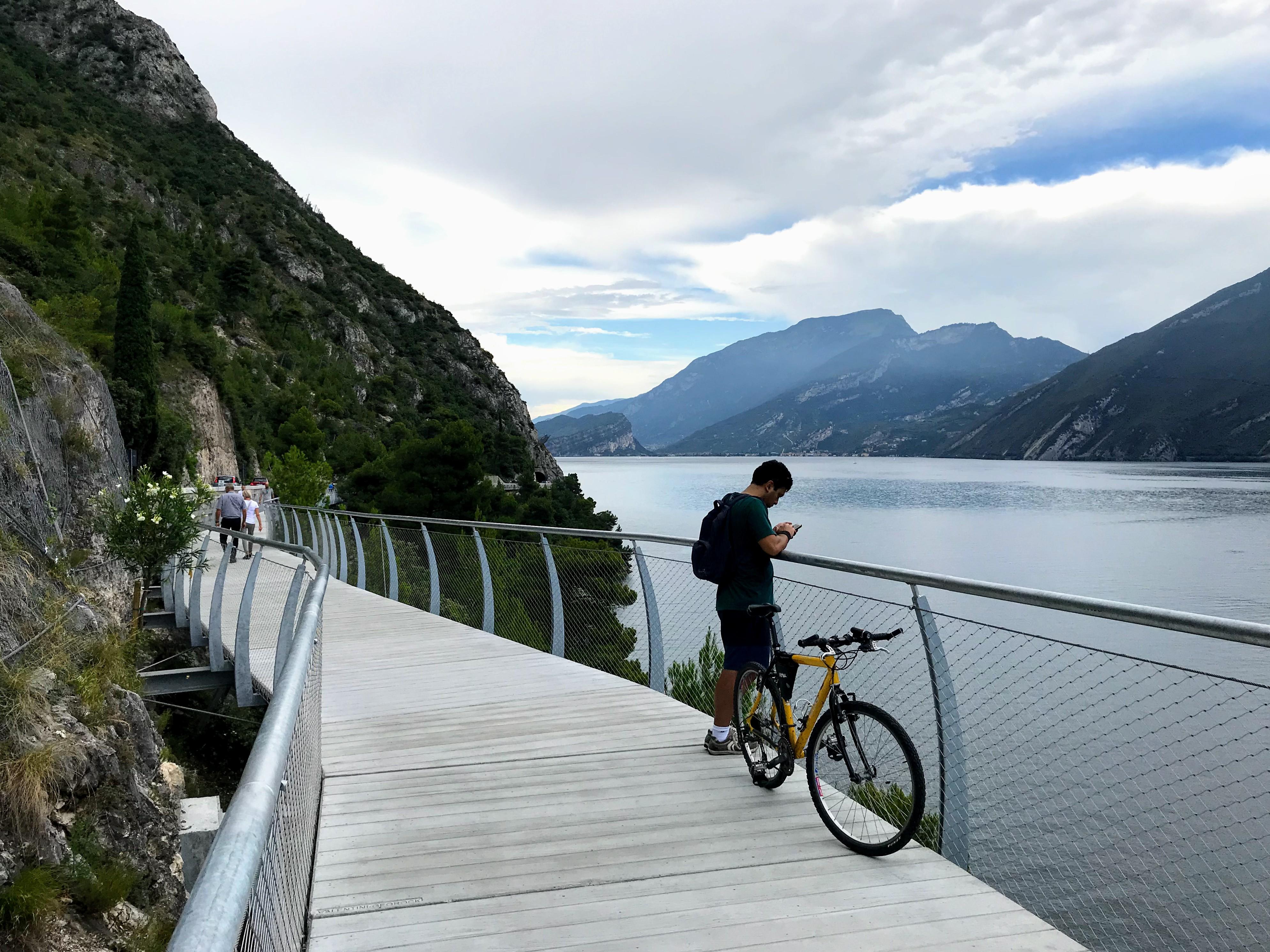 Zwevend fietspad aan het Gardameer