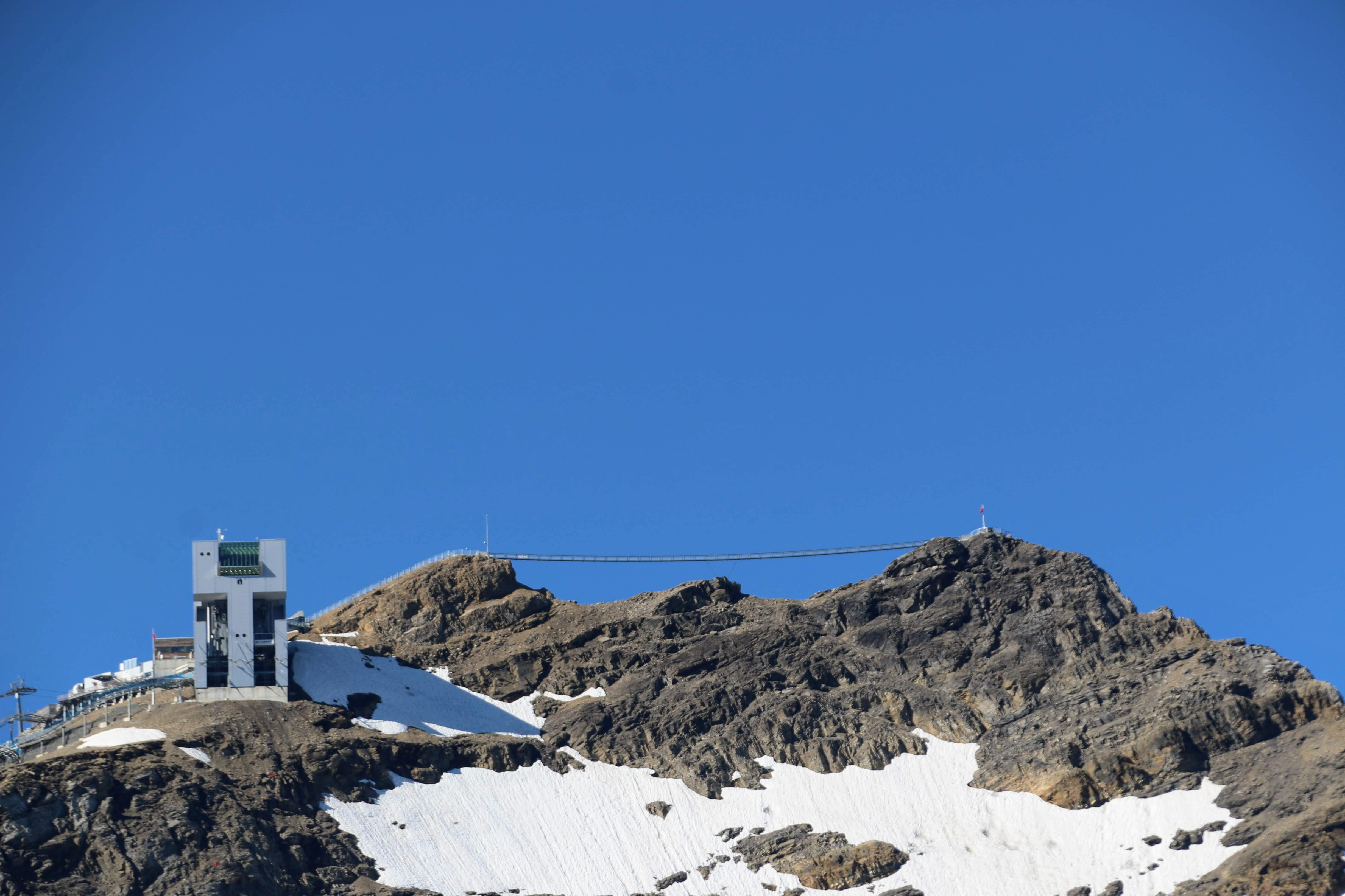Hangbrug die twee bergtoppen verbindt