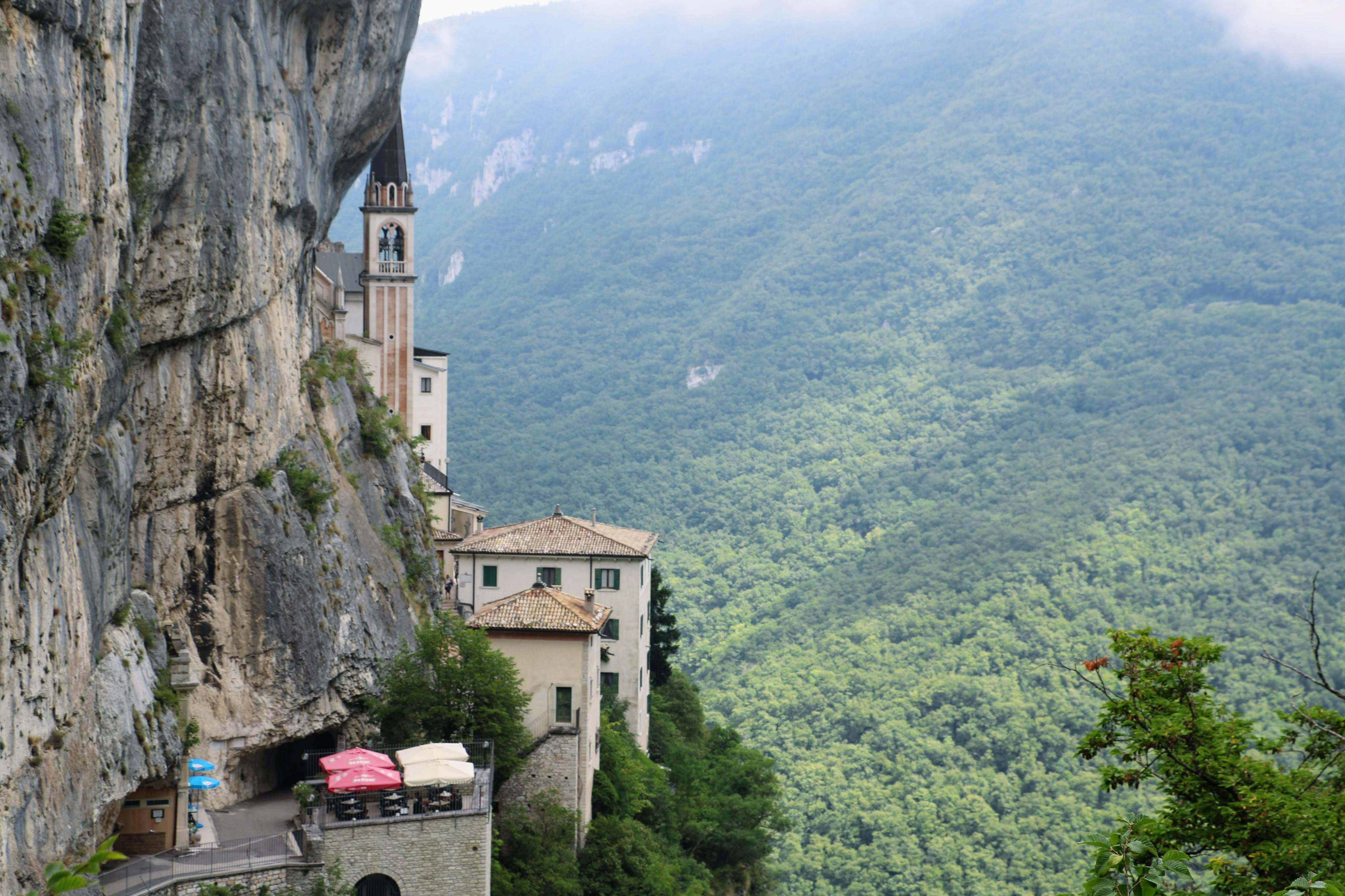 Madonna delle Corona Gardameer - kerk tegen rots