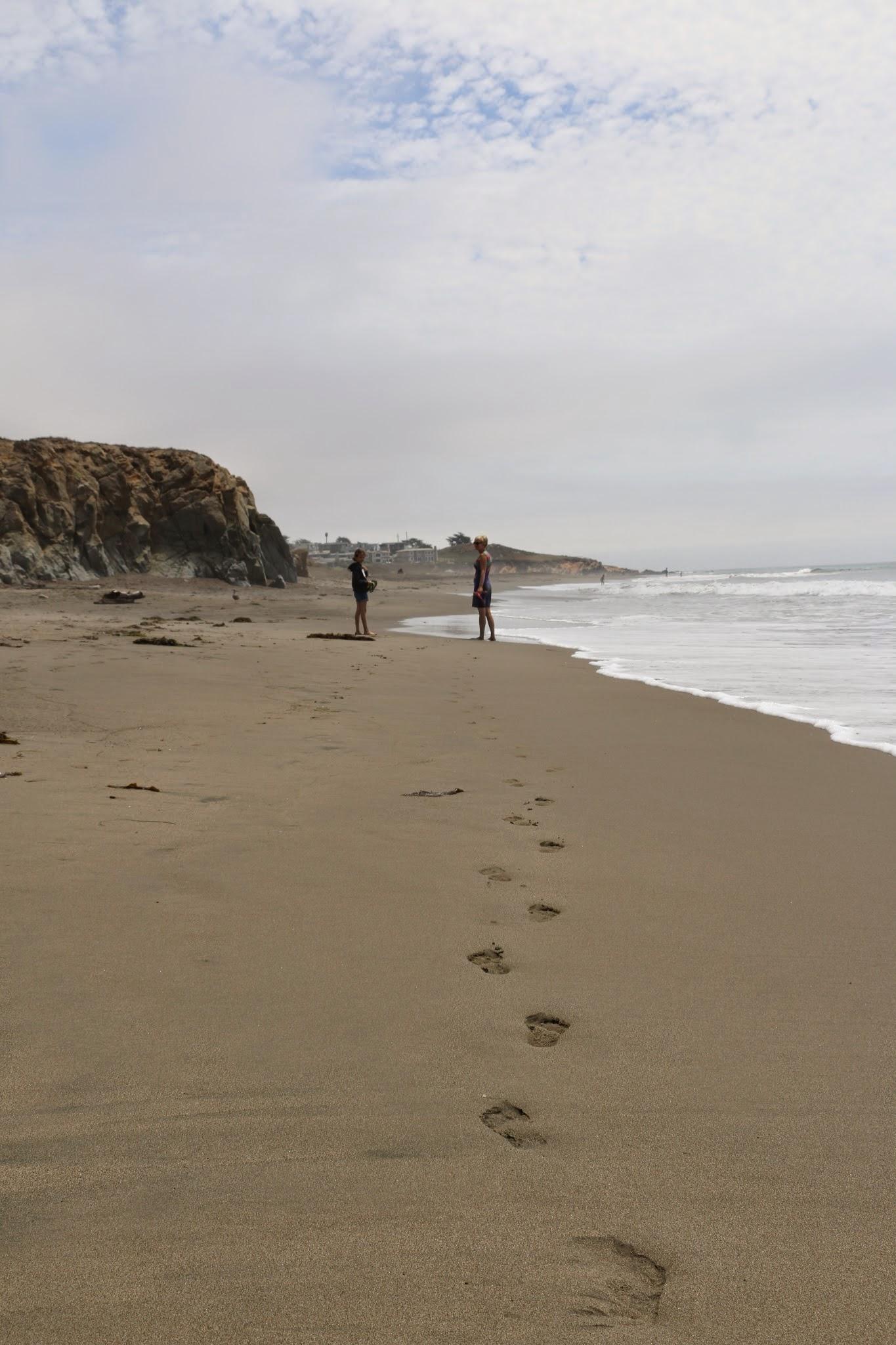 Voetsporen in het strand van Moonstone Beach