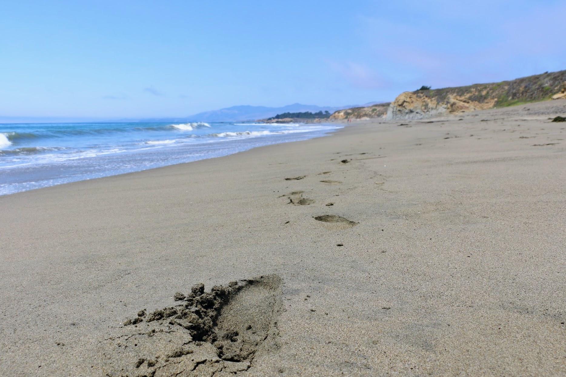 Voetafdrukken in het zand strand van Moonstone Beach