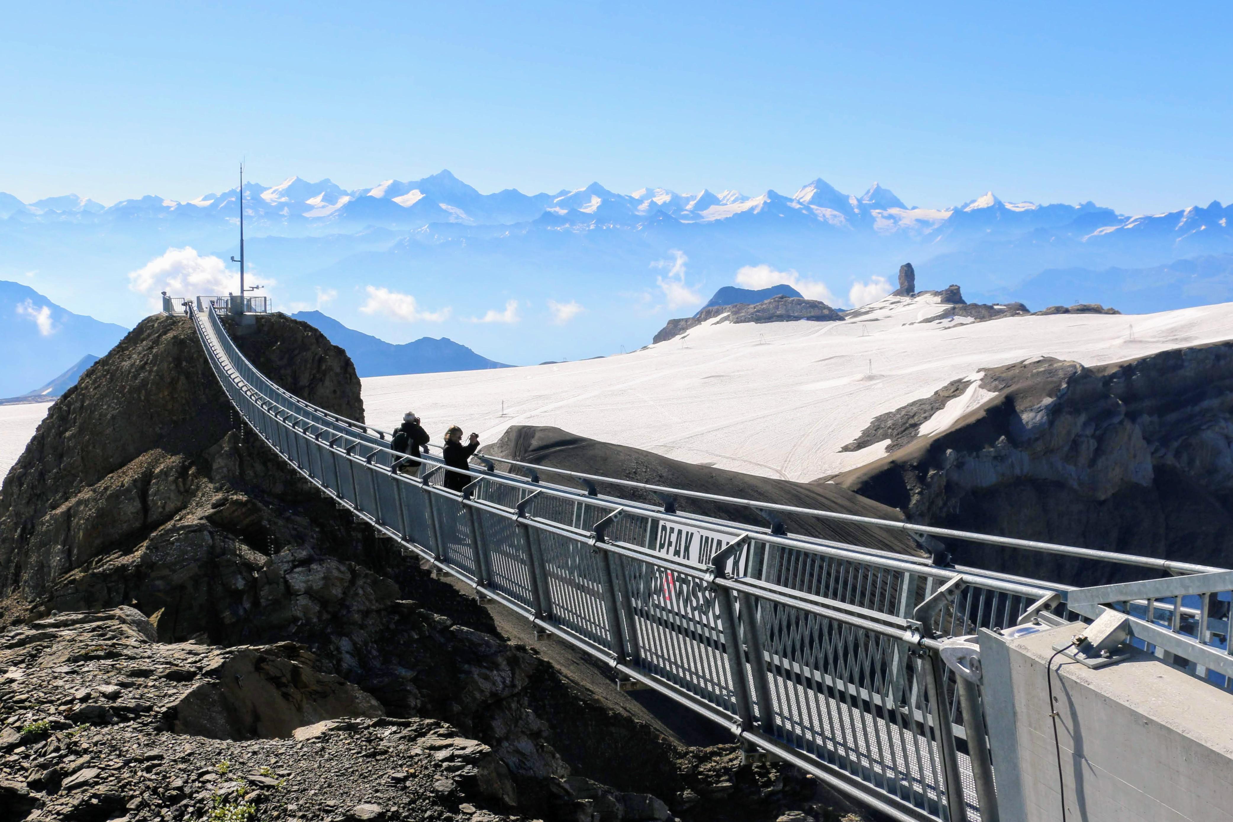 Hangbrug tussen 2 bergtoppen