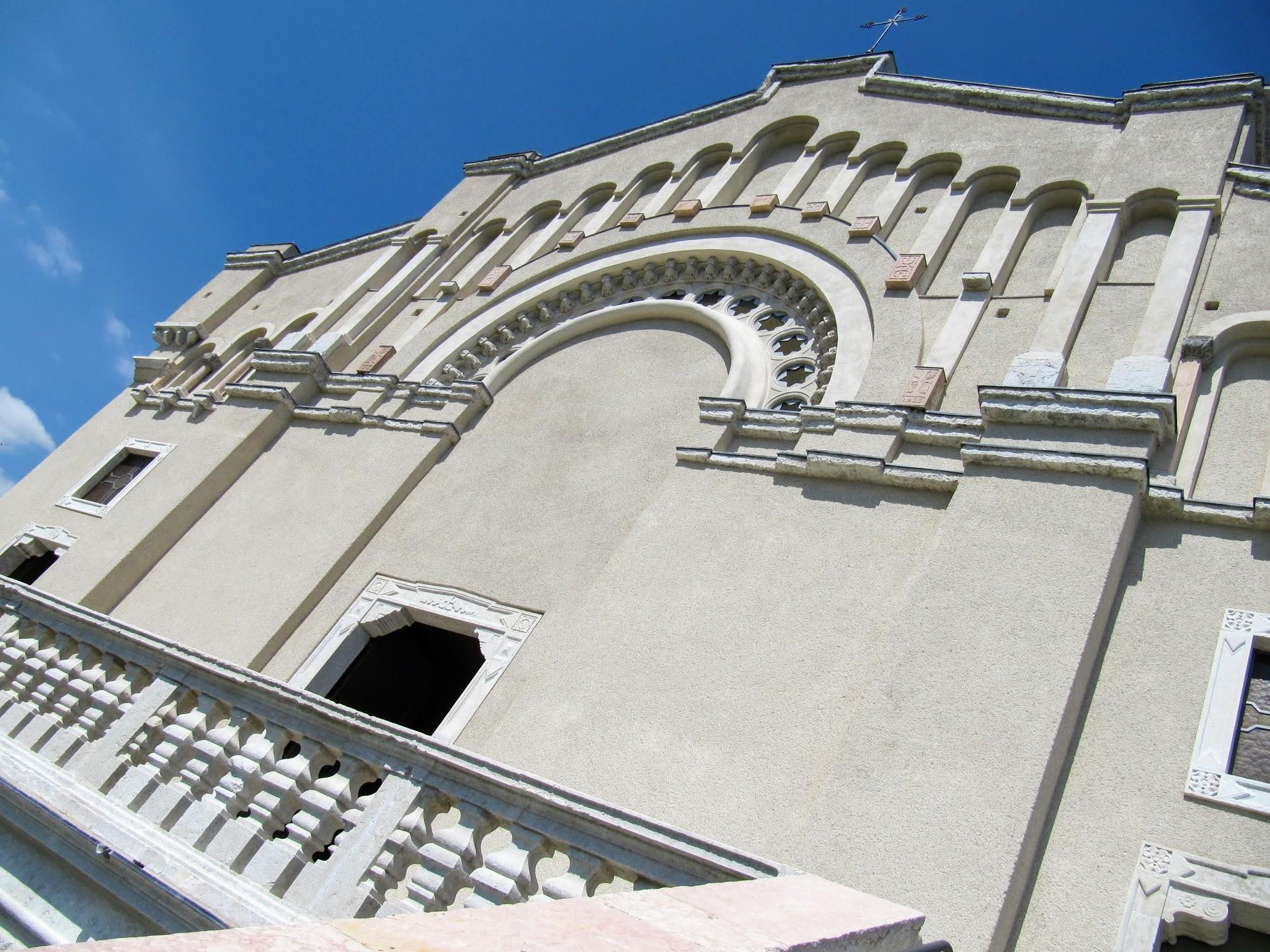 Detail van gevel Santuario di Montecastello in Tignale