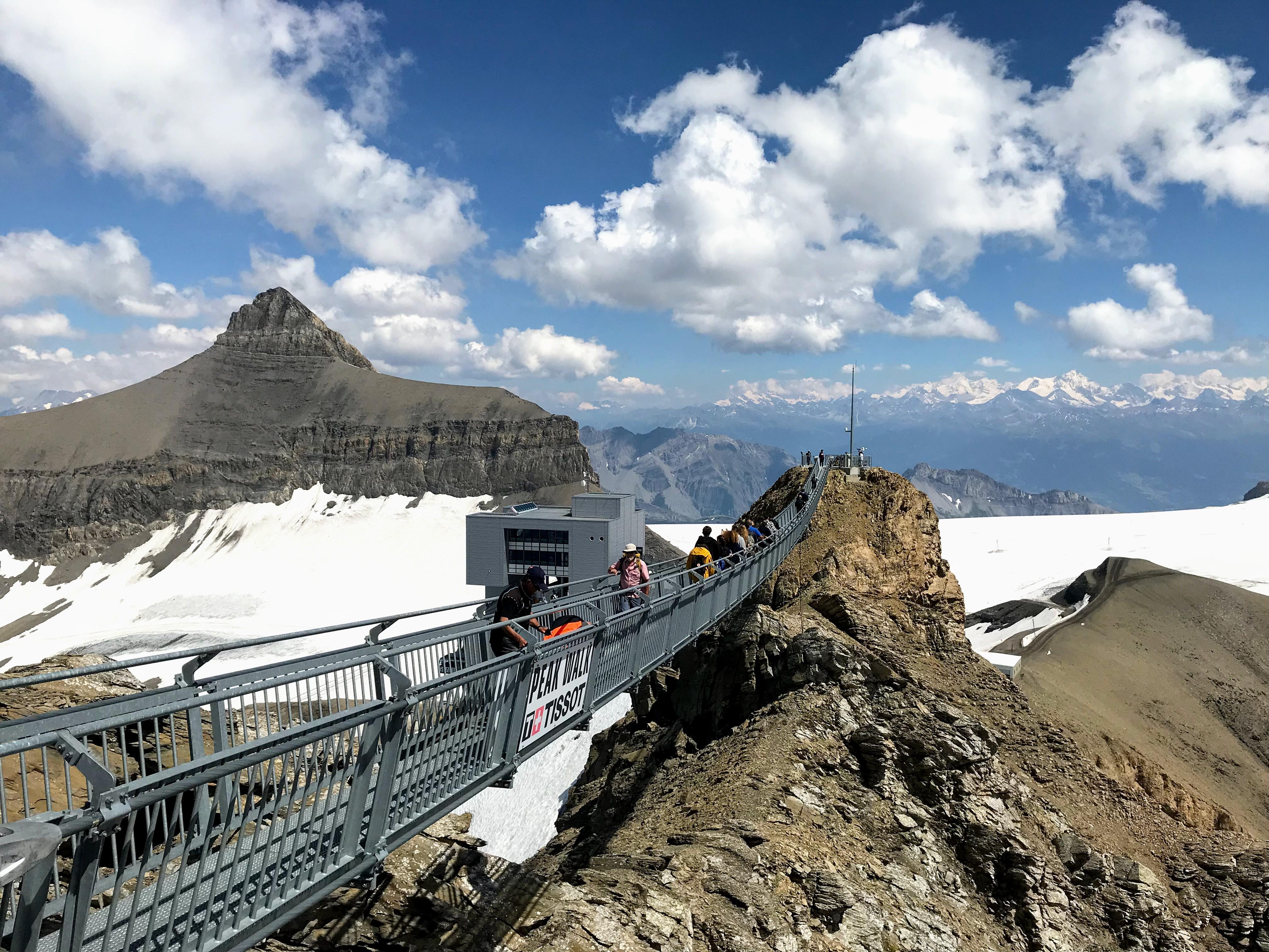 Hangbrug van bergtop naar bergtop