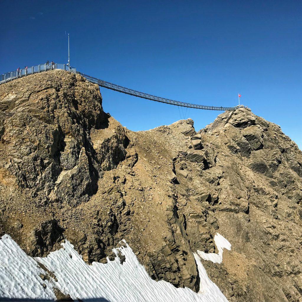 hangbrug tussen twee bergtoppen zwitserland