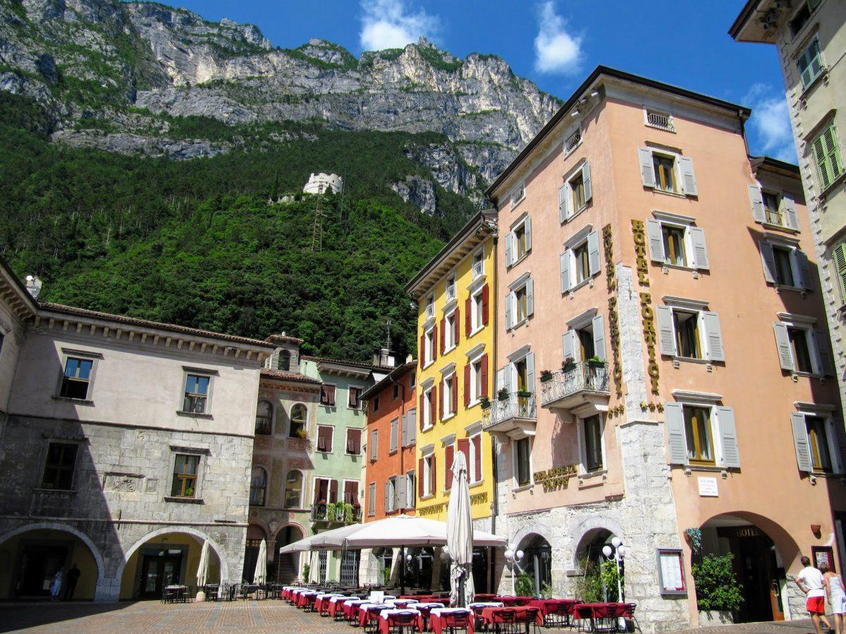 Een gezellig pleintje in Riva del Garda