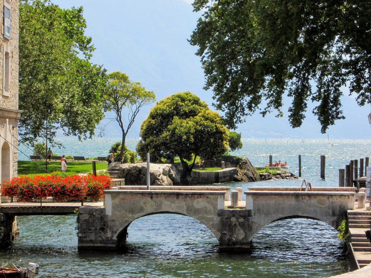 Een mooi bruggetje in Riva del Garda