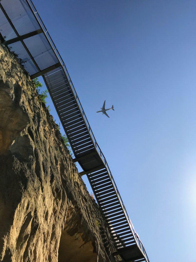 Vliegtuig boven de Enci-groeve