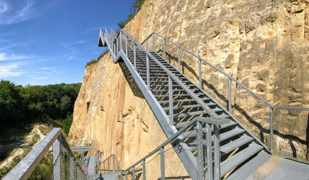 Trappen langs mergelwand