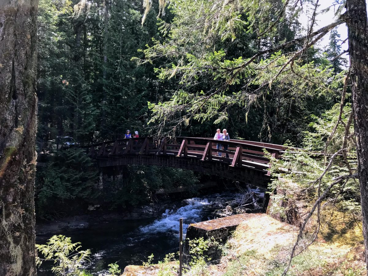 Een brug over de Little Qualicum River