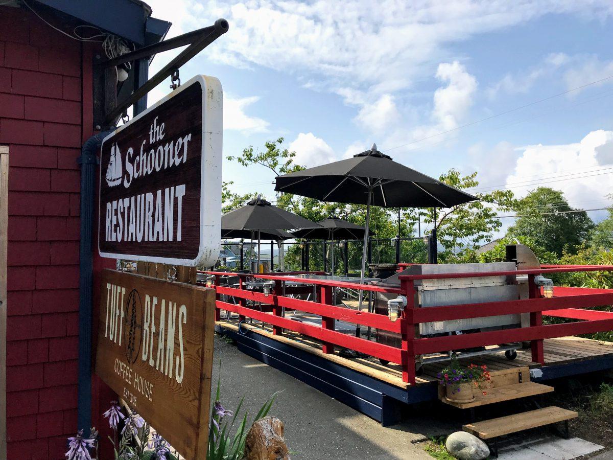 Het terras van Schooner Restaurant in Tofino