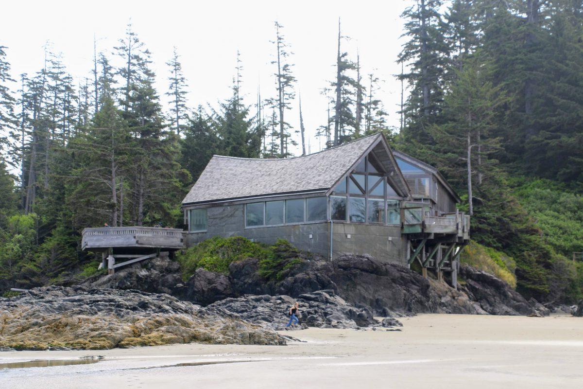 Het bezoekerscentrum vanaf het strand gezien