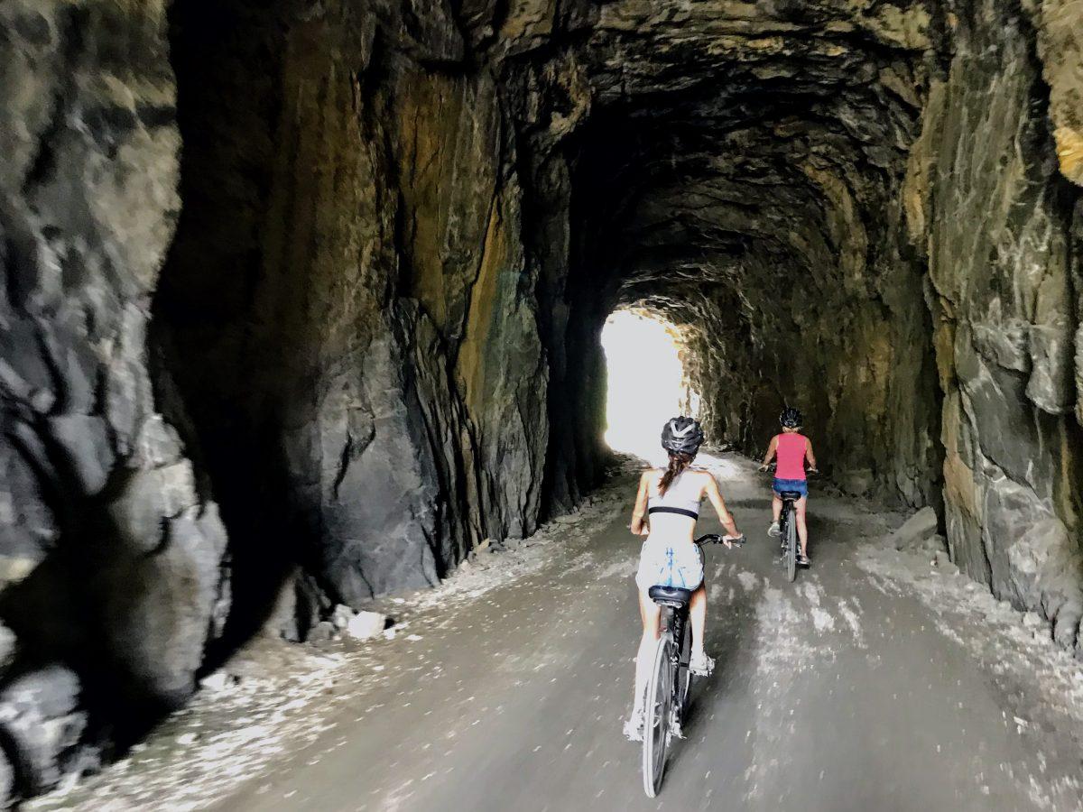 Fietsen door tunnels bij Myra Canyon