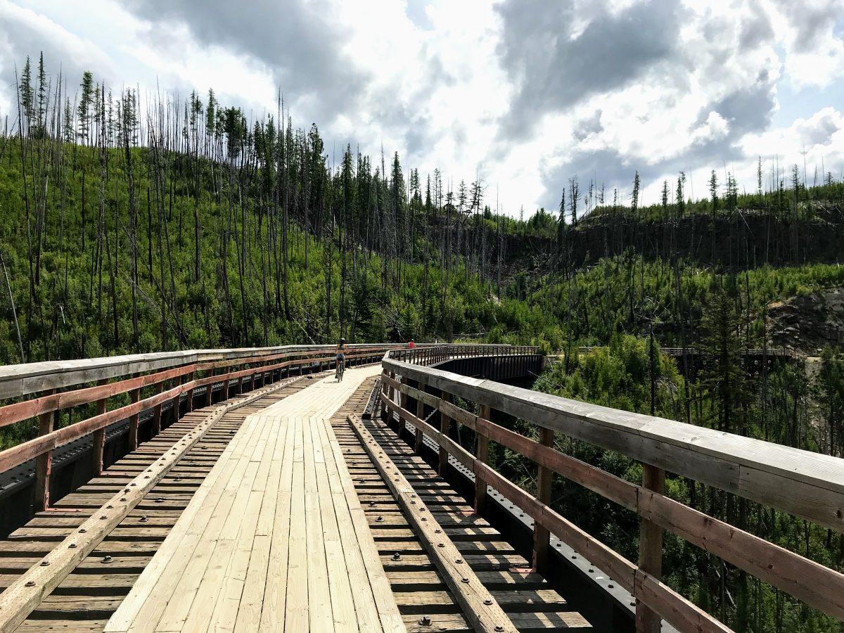 Fietsen over houten spoorwegbruggen in Canada