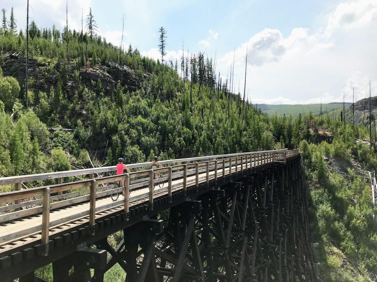 Een oude houten spoorwegbrug bij Myra Canyon in Canada