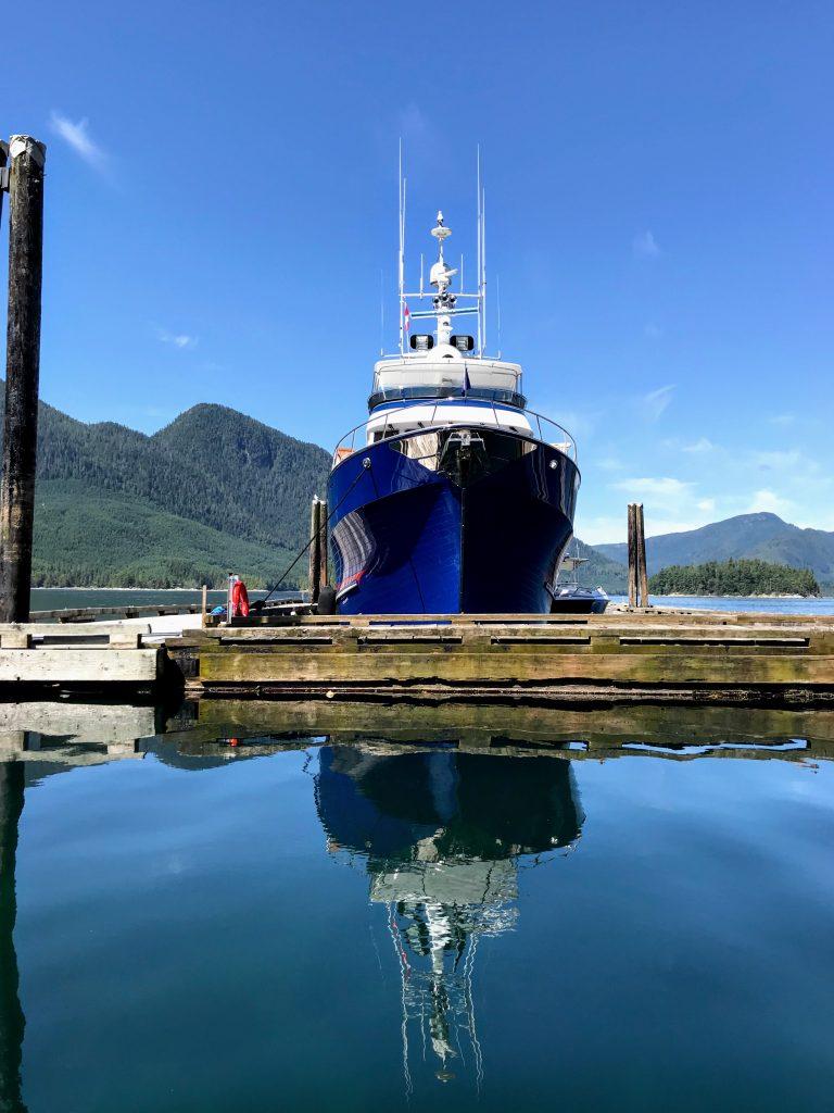 Een mooie yacht bij Stuart Island