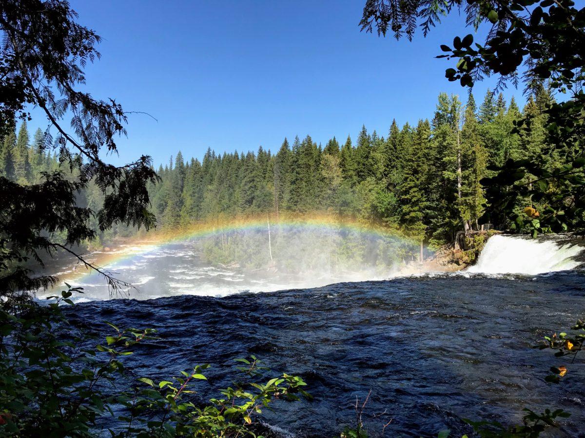 Regenboog boven waterval