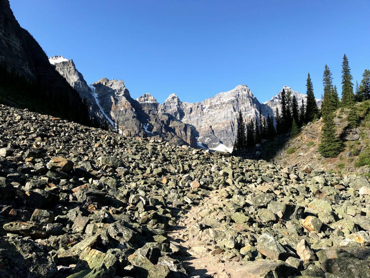 tussen de rotsen wandelen richting Moraine lake