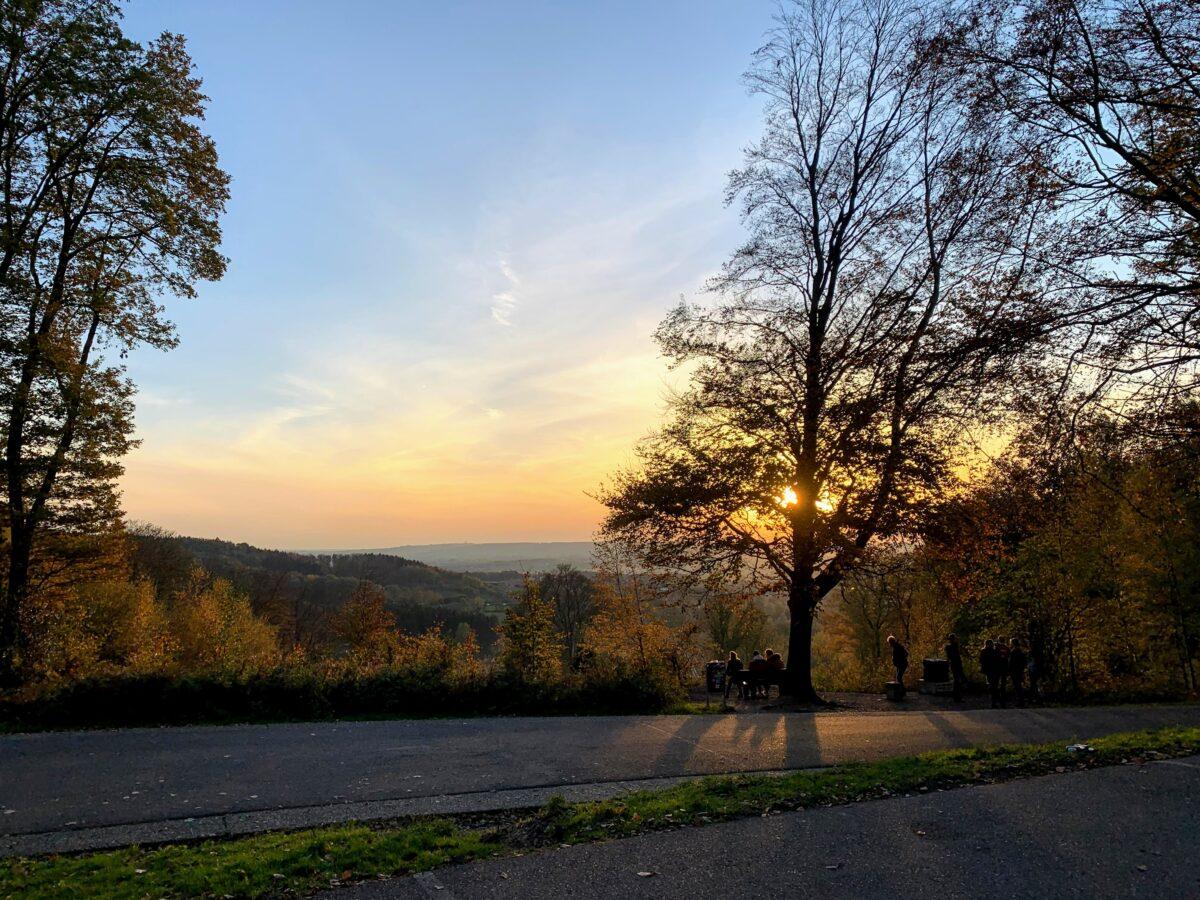 Koning Boudewijntoren - zonsondergang vanaf de parking gezien