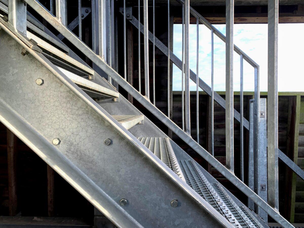Metalen trap naar de top van de toren